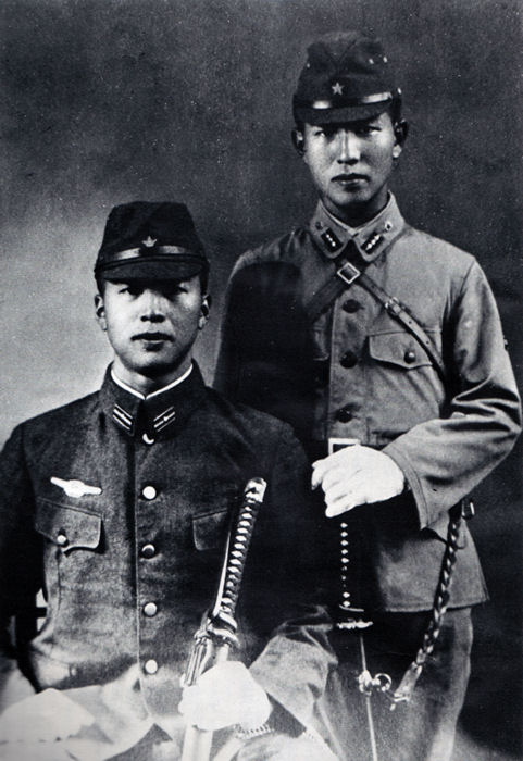 Hiroo Onoda (on the right) with his brother Shigeo Onoda (on the left).