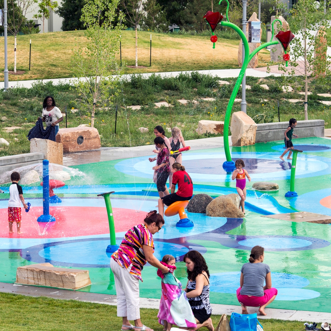 Groups of people playing at the splah pad water park