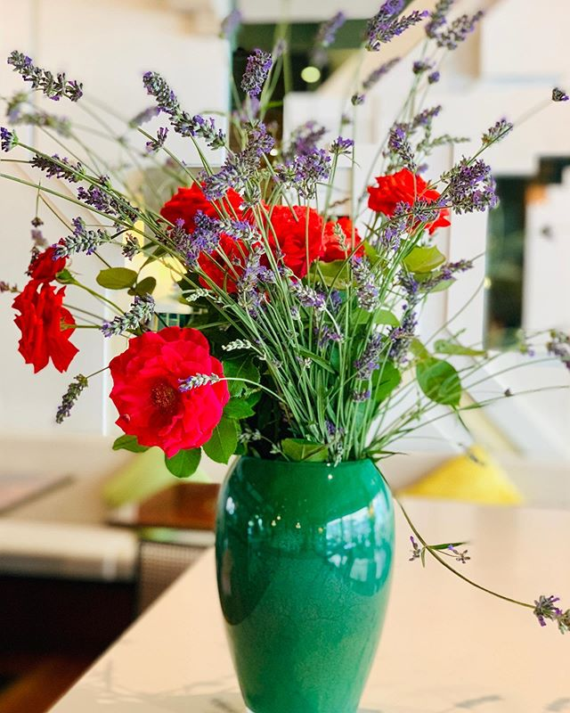 Today's flowerdecor comes from our Chef's garden , lavender 💜 and roses 🌹 • • • #flowers #roses #lavender #garden #gardening #instagardenlovers #gardenlovers #blooms #green #nature #naturelovers #summer #flowerstagram #meetmerano #visitsouthtyrol #hotel #vacation #holiday