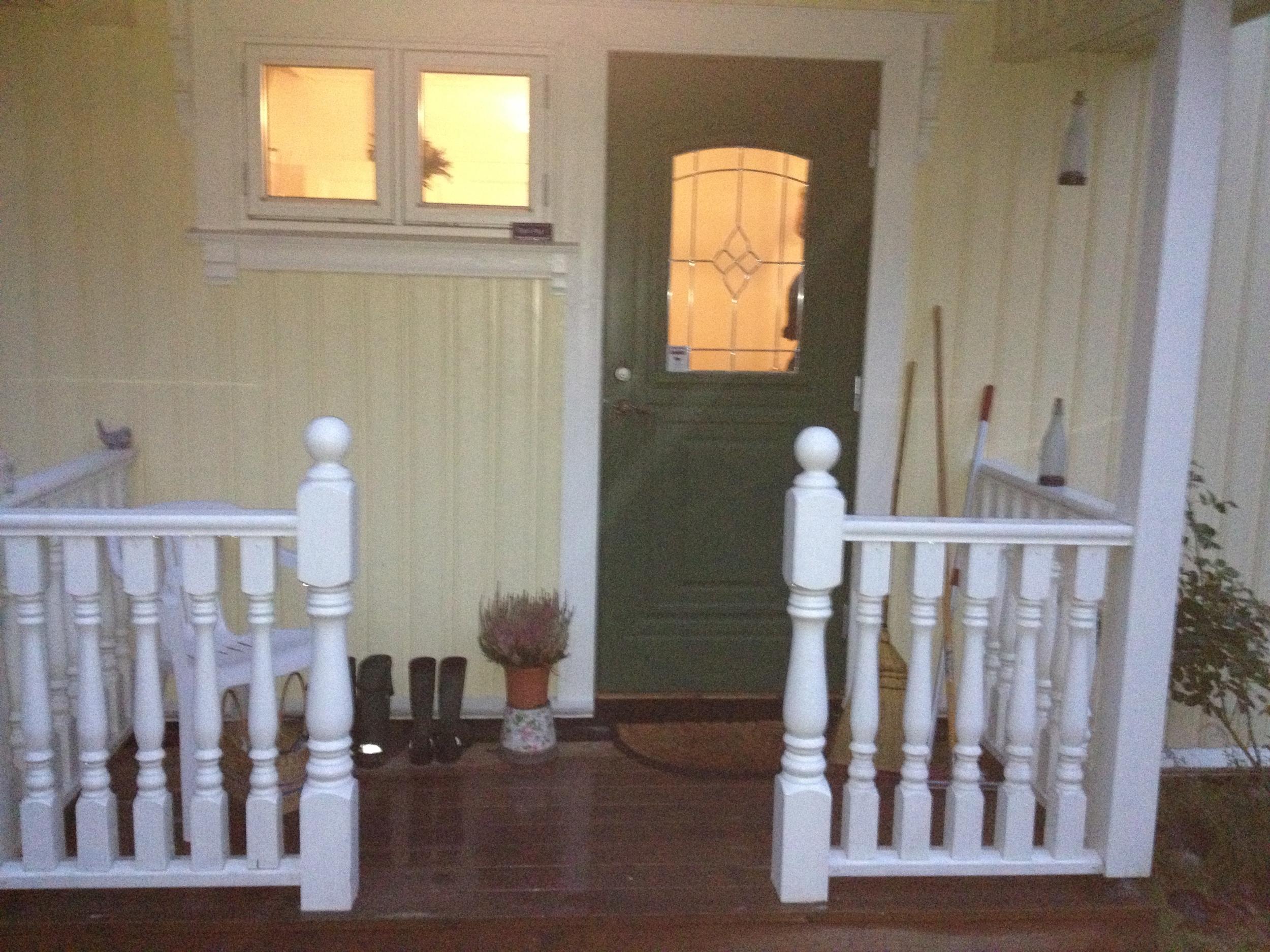Ny ytterdør, vidnuer og veranda med gjerde.