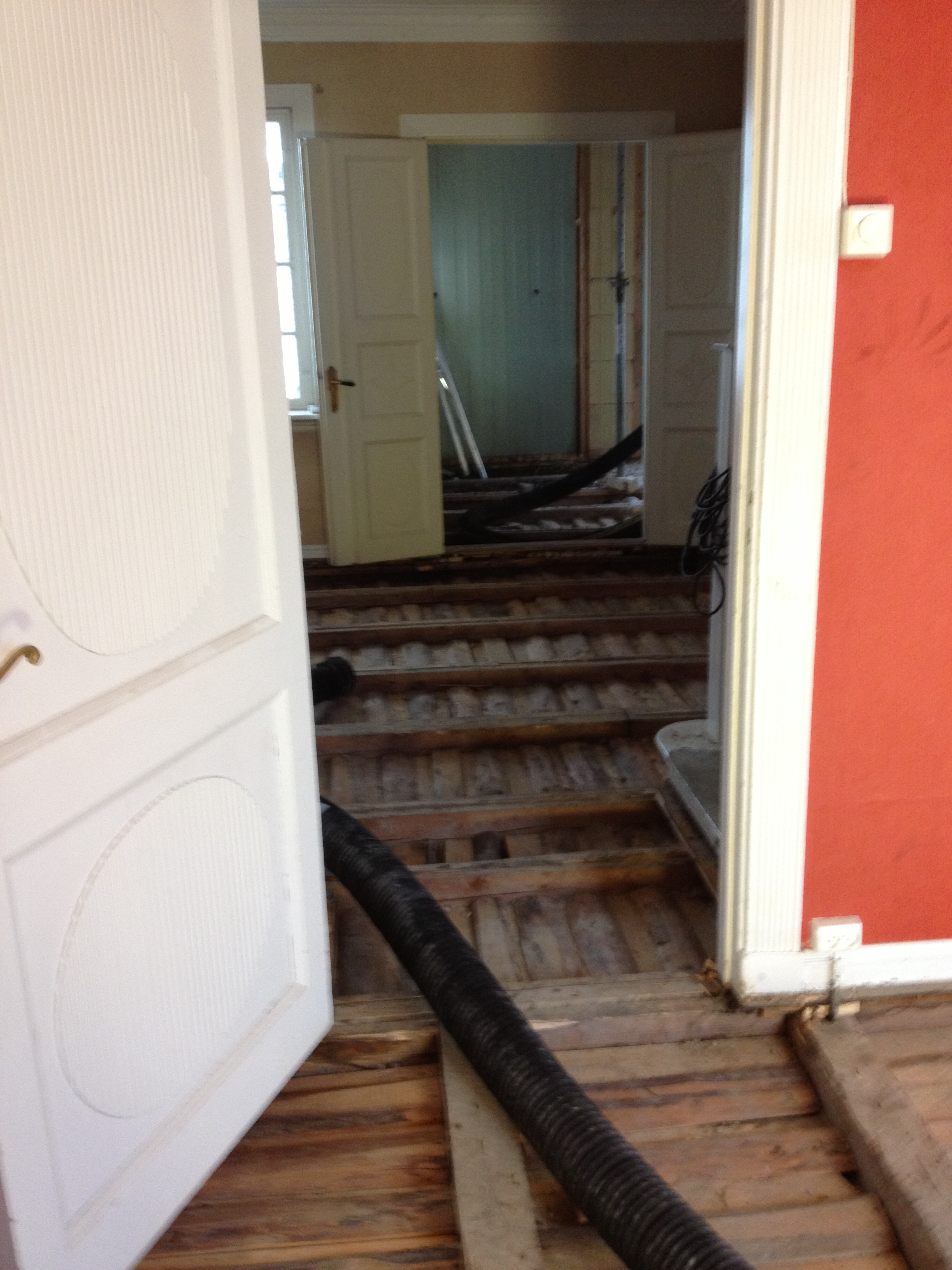 Her er gammle gulv og leire fjernet,her kommer det senere vanbåren varme og nye gulv.