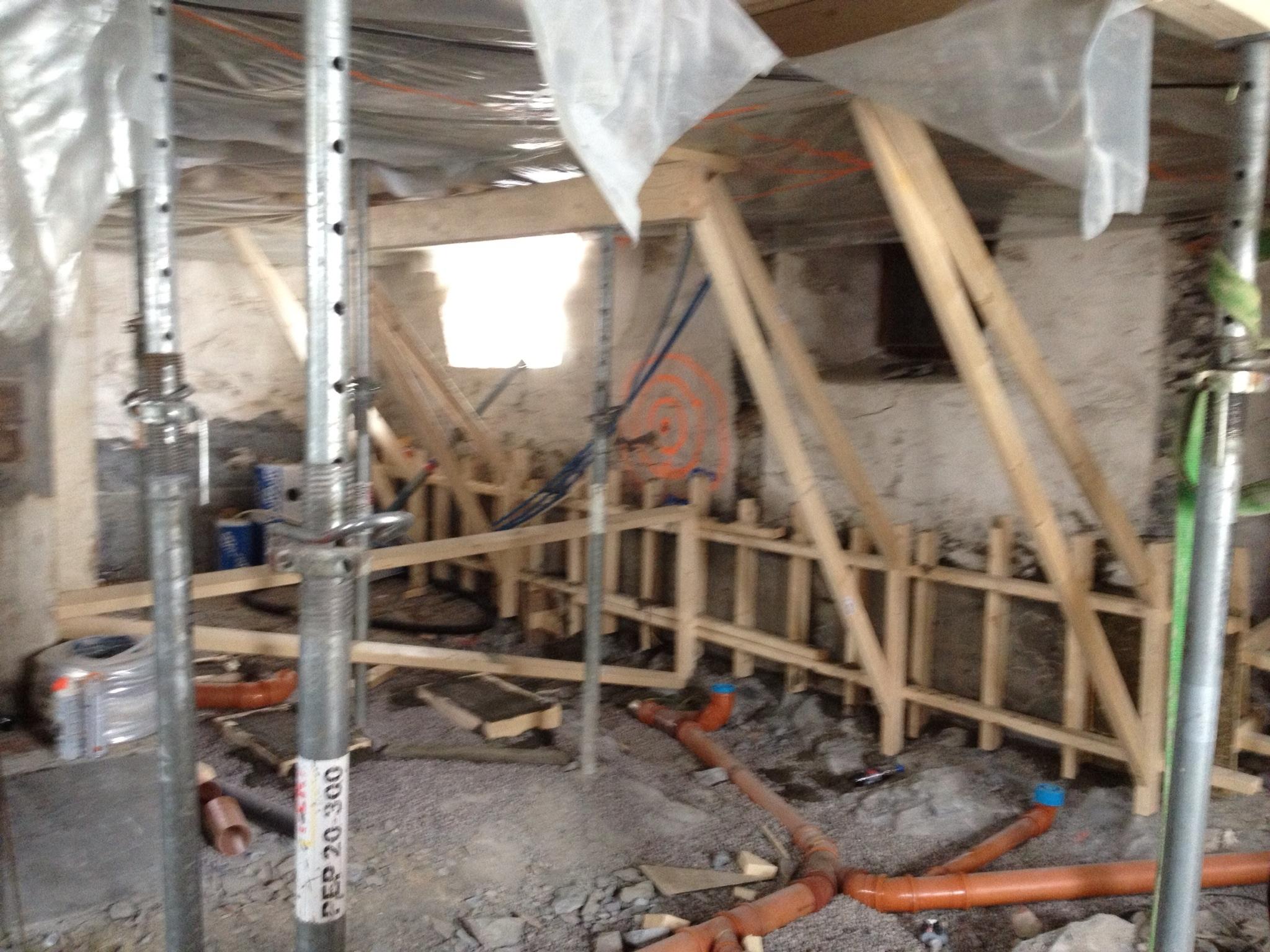 Forskalling ferdig klar til støping av nye fundamenter i under eksisterende gråsteinmur.