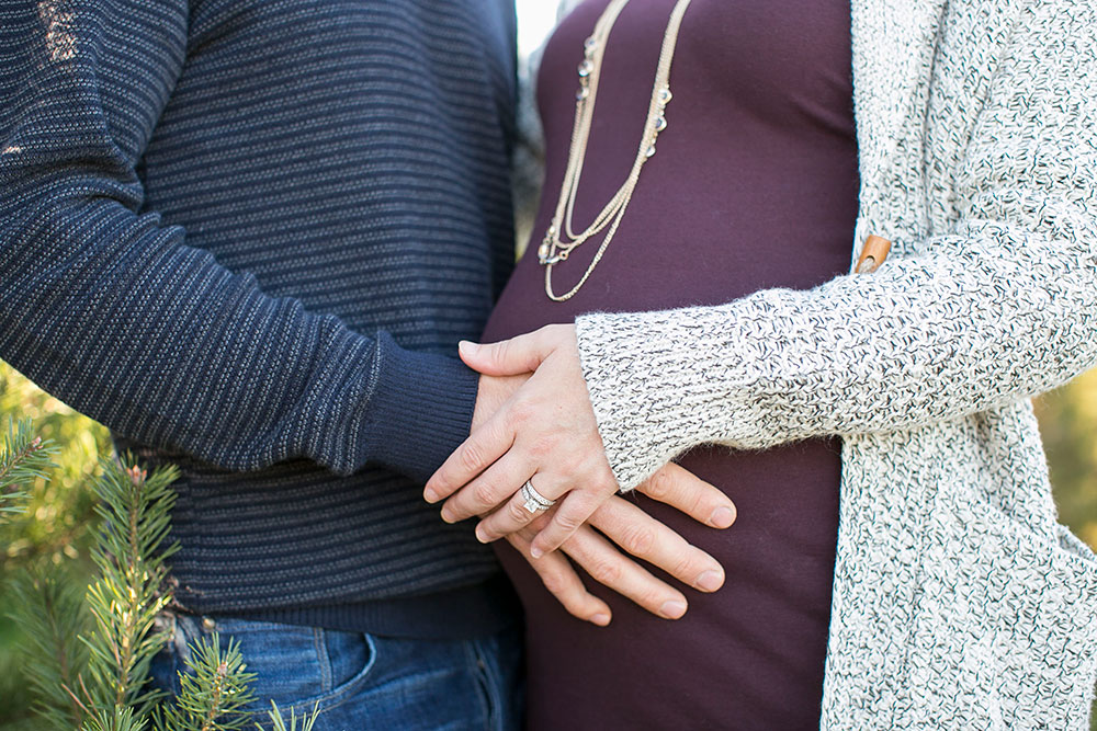 Winter-maternity-session-niagara-maternity-photographer-tree-farm-photos-photo-by-philosophy-studios-0004.jpg