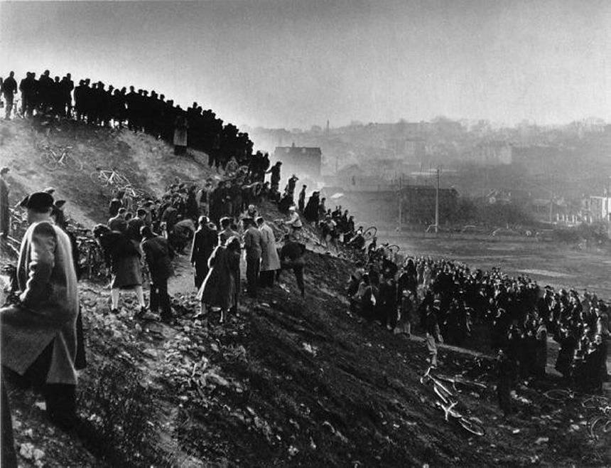 © Robert Doisneau -- Cyclo-cross in Gentilly, 1947
