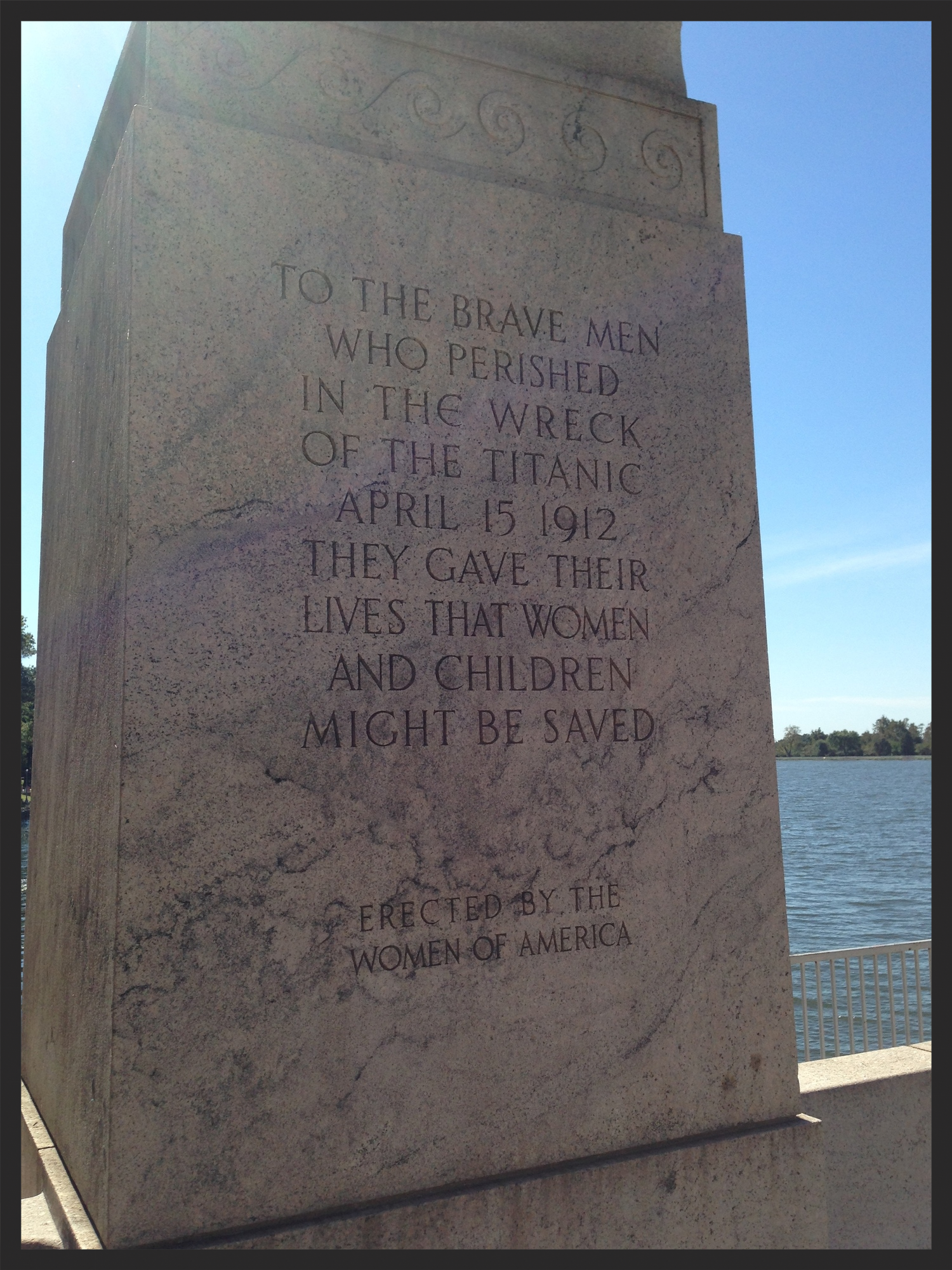 The inscription on the front side of the memorial.
