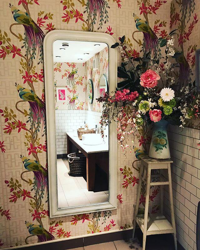 Cutest pub bathroom ever!!! 🌸 🚽 💜 #englishdecor