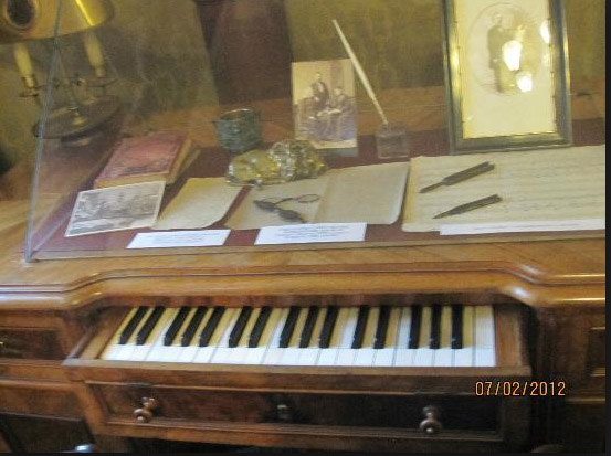 Liszt writing desk and keyboard.jpg