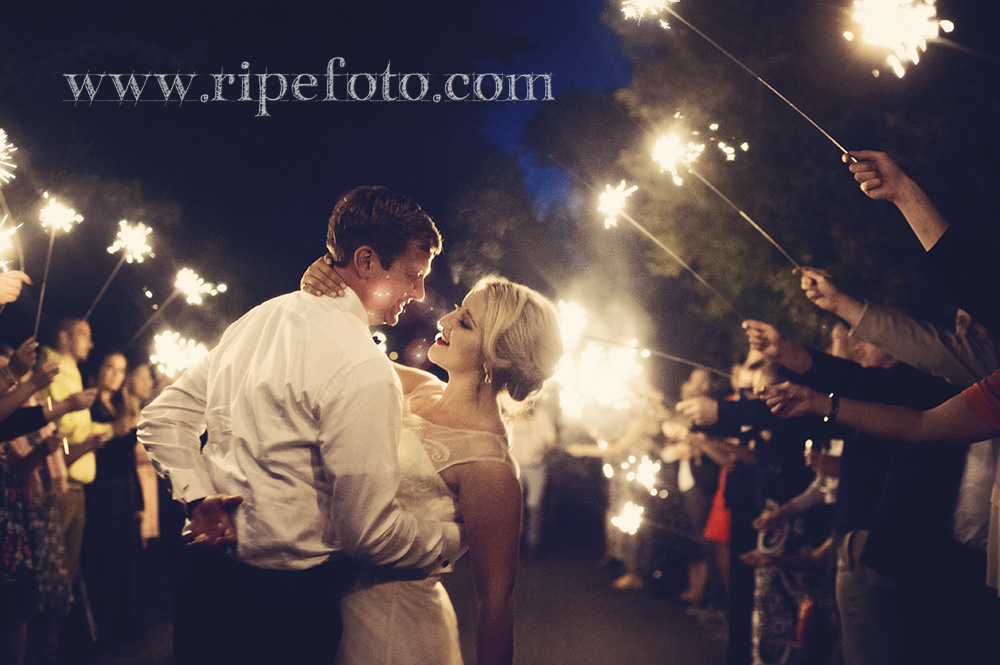 End of the night sparkling celebration by Oregon wedding photographer RipeFoto.