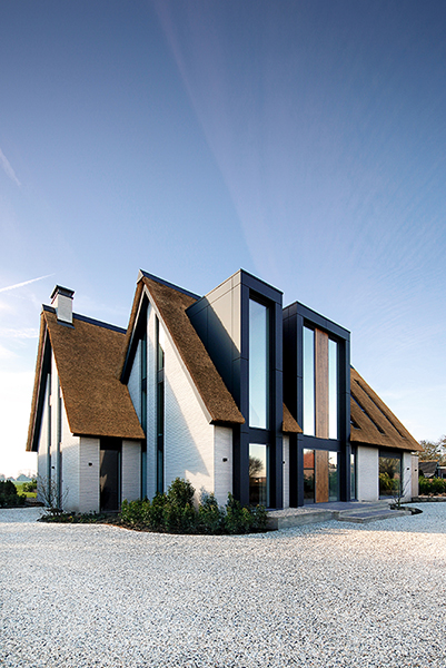 NOMAA modern landelijke luxe villa eigentijdse woning schuurwoning architect zelfbouw kavel erker dakkapel riet rieten dak hoogkarspel streekweg stijlvol wonen excellent entree voordeur 2.jpg