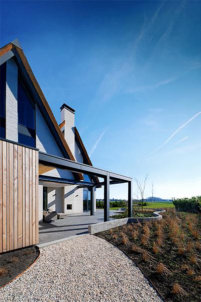 NOMAA modern landelijke luxe villa eigentijdse woning schuurwoning huis strakke architect zelfbouw kavel veranda terras buitenhaard riet rieten dak hoogkarspel streekweg stijlvol wonen excellent.jpg