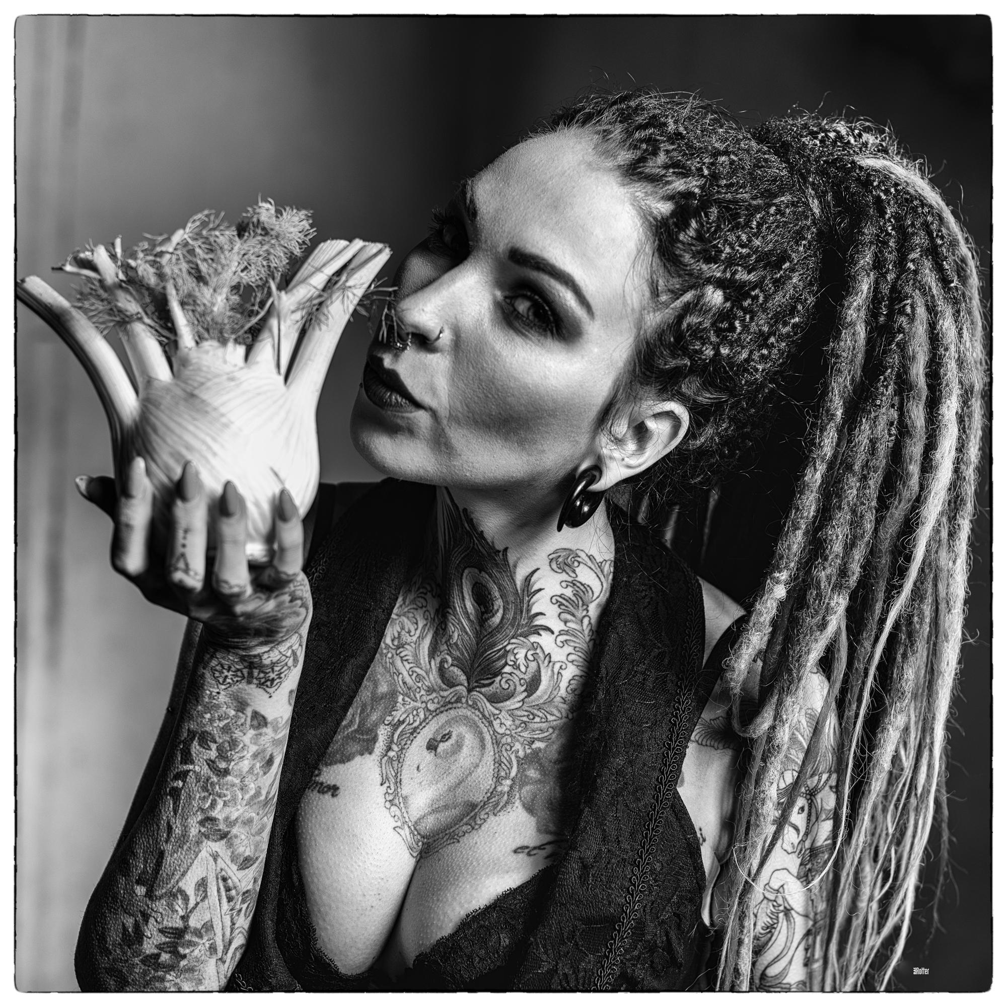 Lichtwert_Best-of_RasRotter_ CassidyRose Nadine posiert mit Fenchel Gemü....jpg