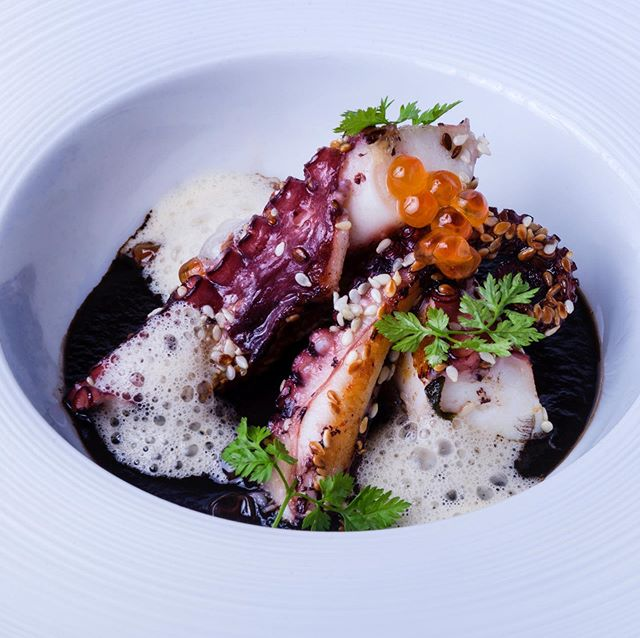 Octopus in golden sesam crust, caviar of salmon and bisque cloud 🐙😍 . . . #moltoFino #Aurora #food #foodporn #restaurant #lifeinthecity #instafood #bestfood #lecker #enjoy #happy #hotel #holiday #trip #journey #altoadige #südtirol #meran #merano #ristorante #dinner #lunch #local #southtyrol #organic #italy @visitsouthtyrol @visitmerano @love_merano @tedeschi74