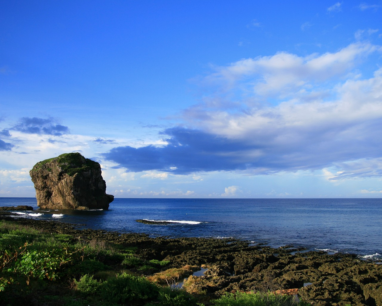 船帆石高約18公尺,矗立於海中,遠望似艘即將啟碇的帆船,因而得名。(圖片來源: http://www.gogotaiwan.xcom.tw/)