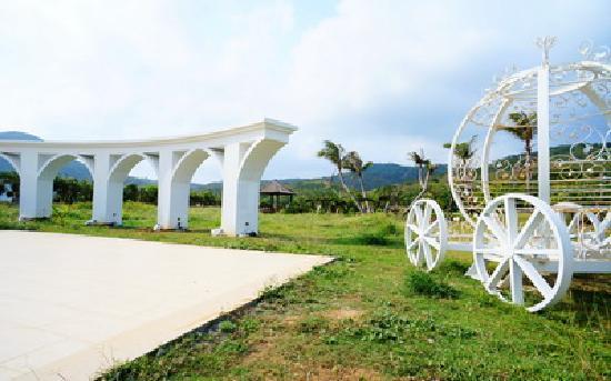 位於船帆石的  都法豪華莊園  ,有寬敞的中庭花園,時尚奢華的歐式浪漫。(圖片來源: http://www.dufa.com.tw/)
