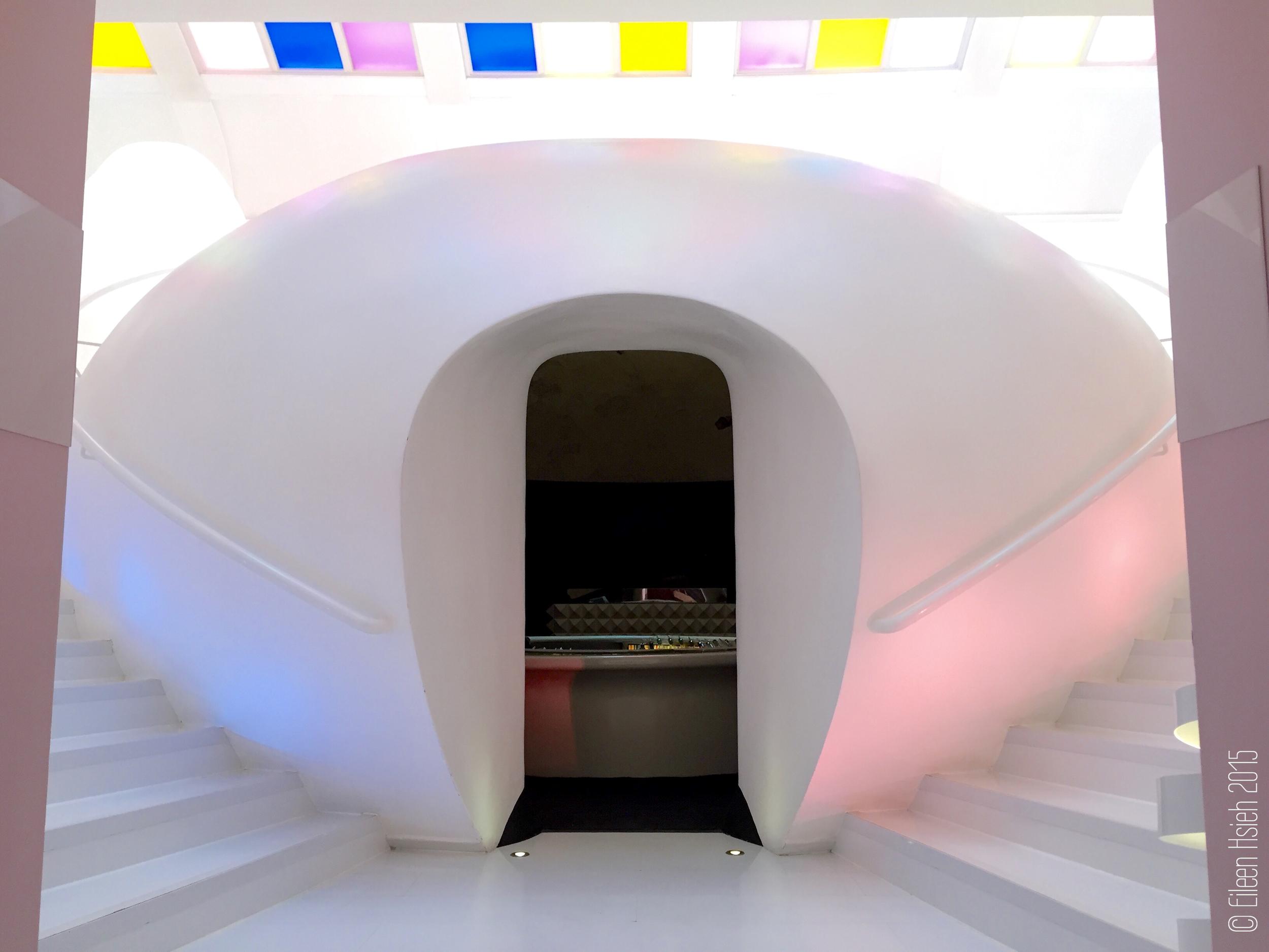 Futuristic design dominates Sketch London's East Bar andbathroom. 未來風格的廁所就在 East Bar 酒吧的正上方。 © Eileen Hsieh 2015