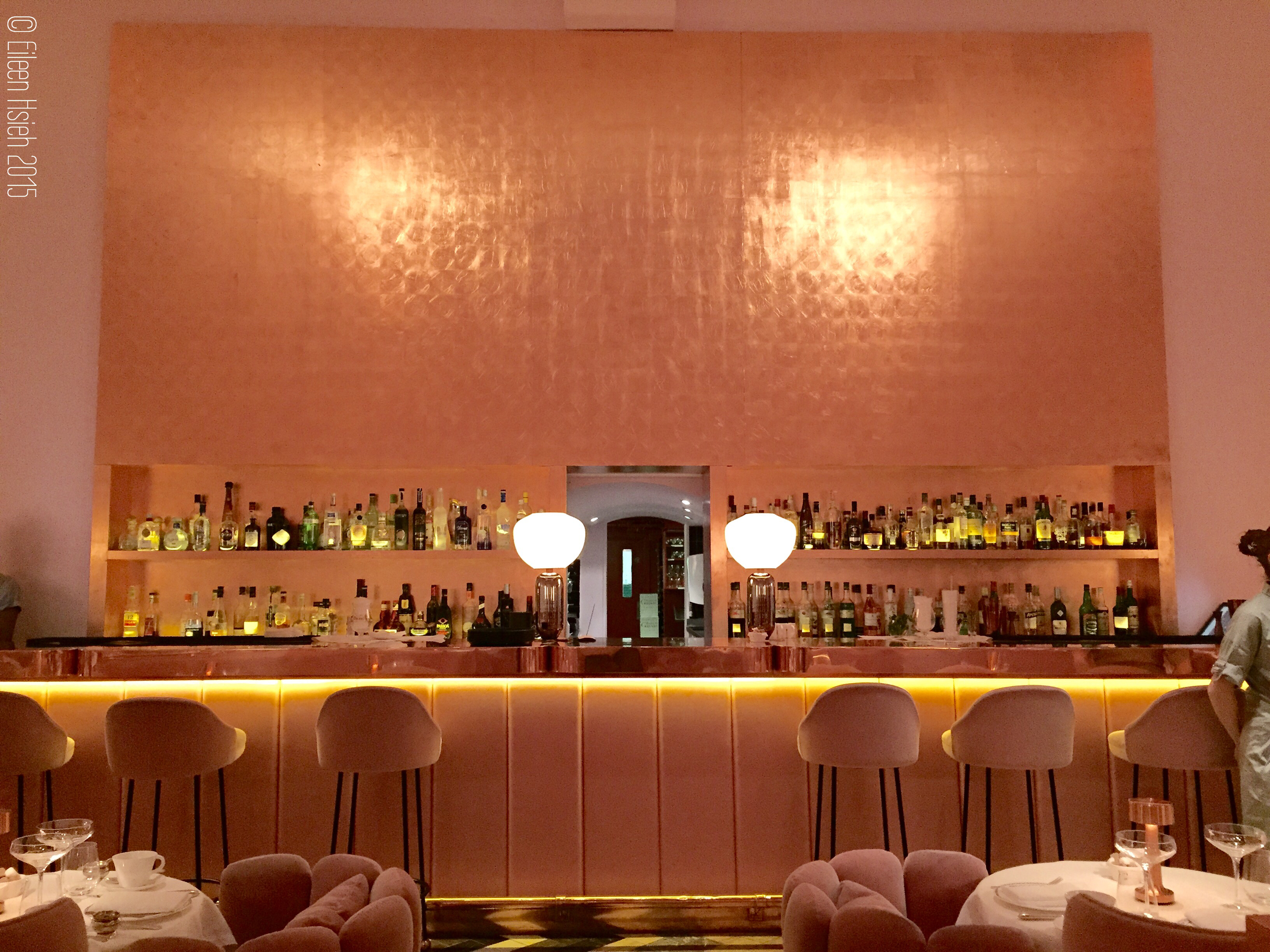 The bronze bar at The Gallery. 粉紅色的牆襯托著銅色的酒吧。 © Eileen Hsieh