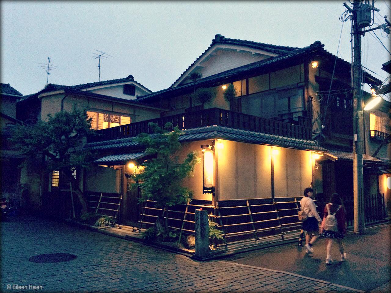 Motonago ryokan occupiesa hundred-year-old wooden building in Kyoto'shistoric Higashiyama district.元奈古旅館位於京都有許多 代表性寺院、神社的東山區。  © Eileen Hsieh