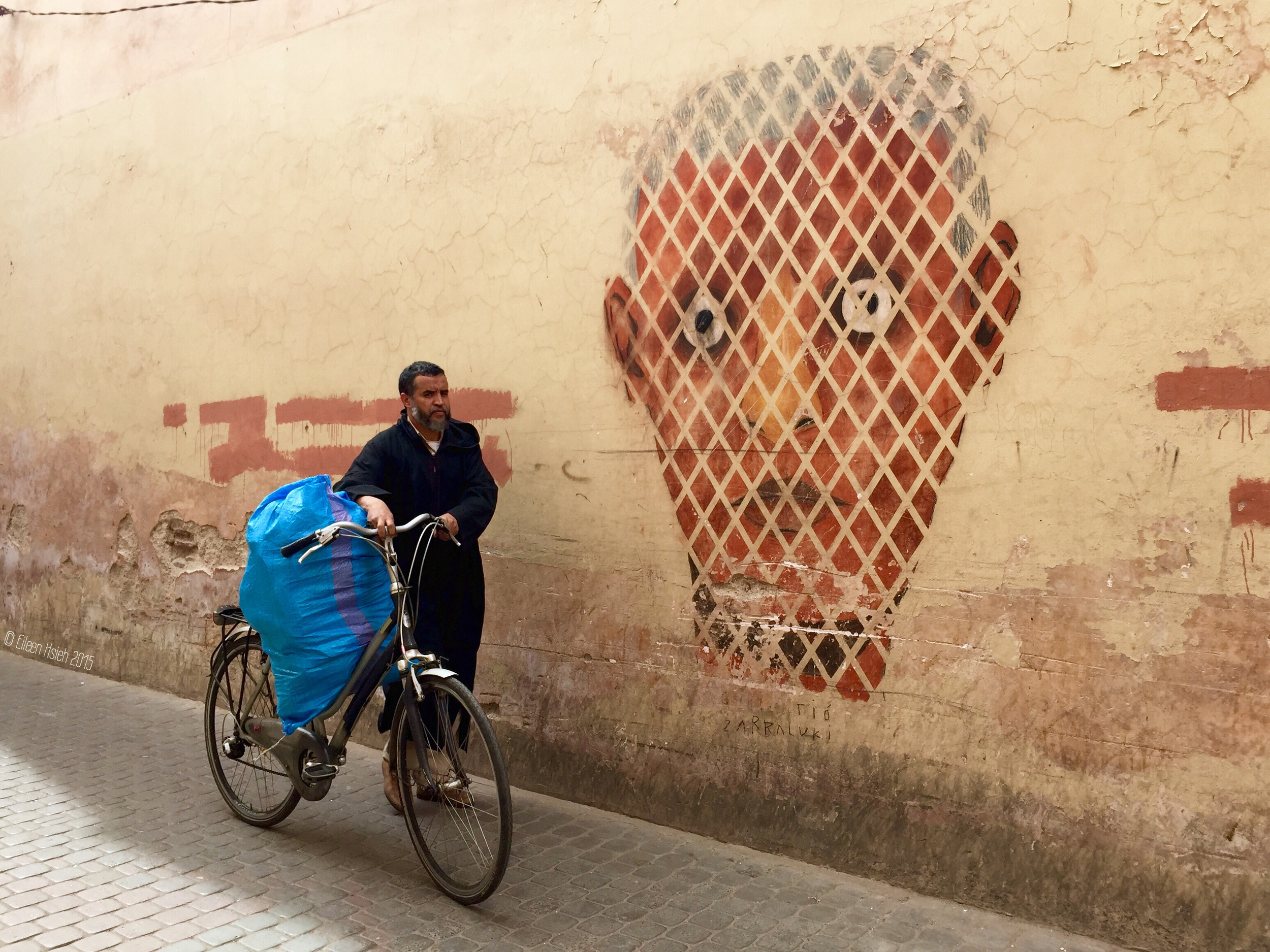 Bicycles, mopeds and donkey carts are the most common forms of transportation in the narrow streets of Marrakech's medina.機車,腳踏車與驢車是在馬拉喀什迷宮般的老城裡最常見的交通工具。