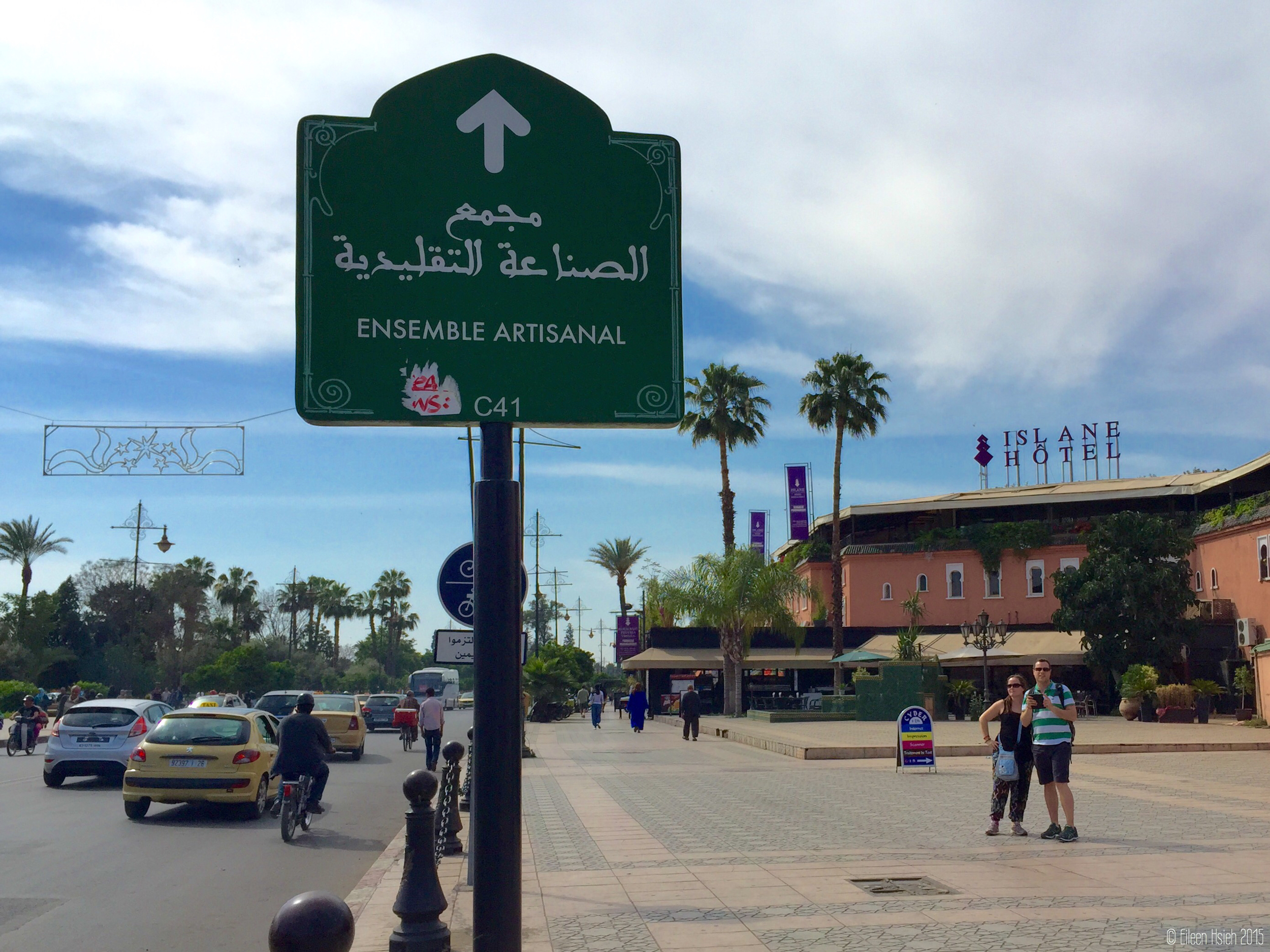 Boutique shops, cafes and hotels line the wide boulevard in the new part of Marrakech.  馬拉喀什新區裡寬敞的大道旁有許多精品店,咖啡廳與酒店。