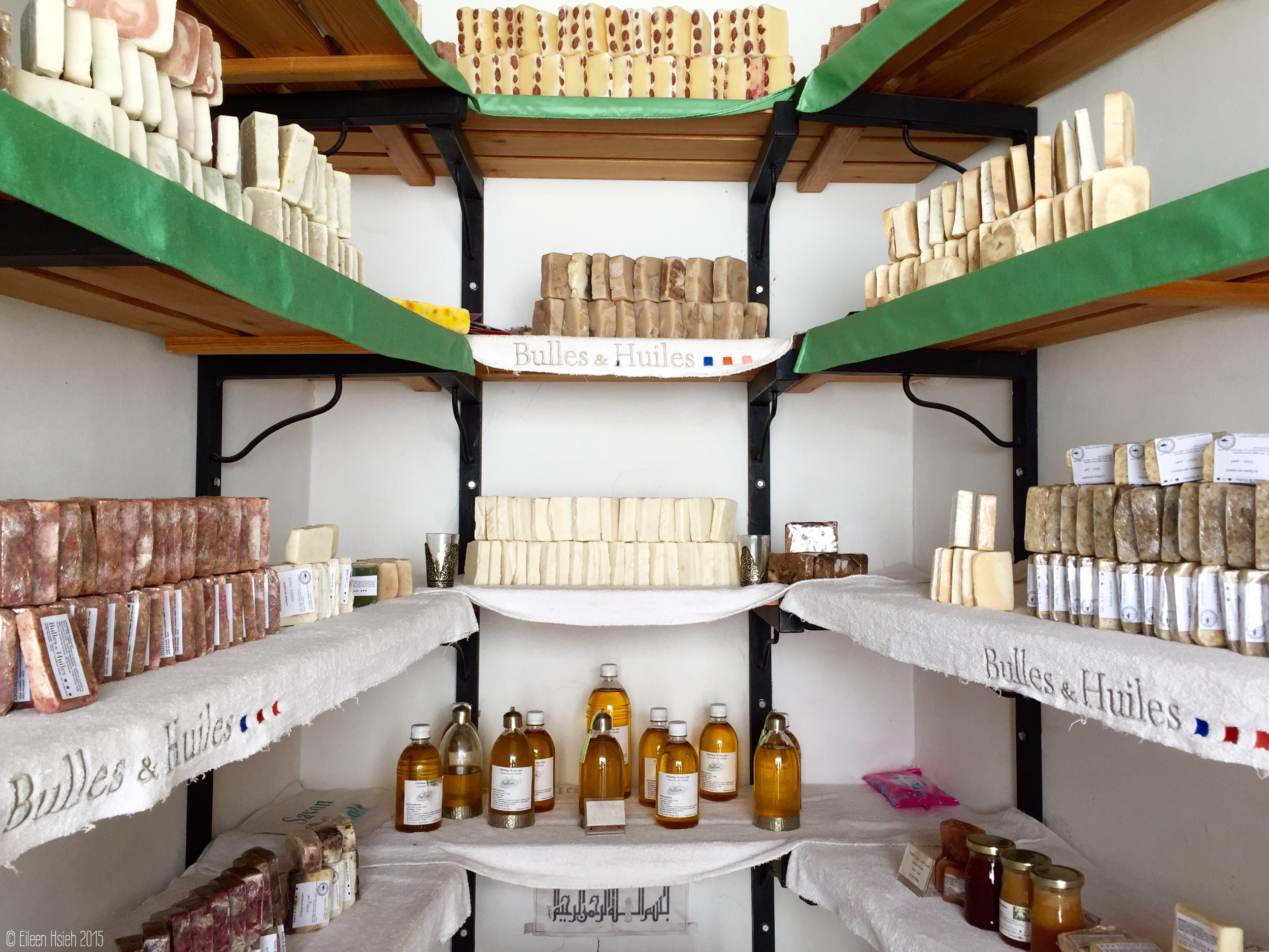 A variety of hand-made soaps and natural or infused argan oils can be found in the shop. 小店裡賣有 多種類的 手工肥皂與堅果油。