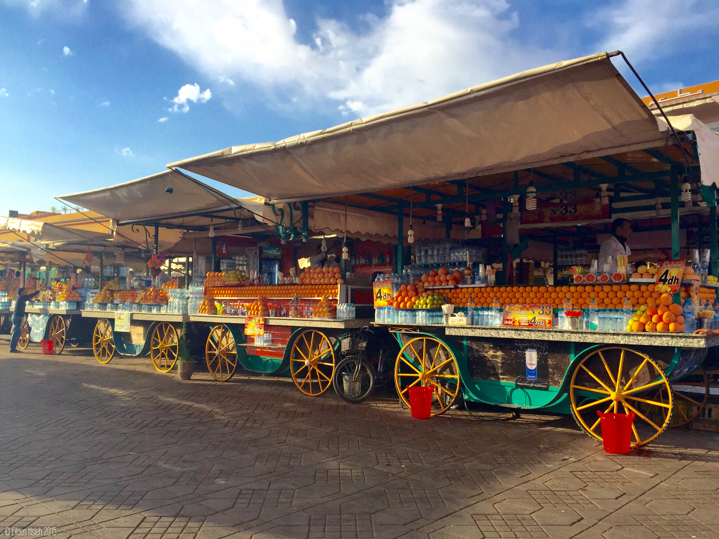 Dozens of juice stalls compete for business in Jemaa el Fna. The stalls are numbered for easy identification. Jemaa el Fna 大廣場上有十幾家現搾新鮮果汁的攤子,每家都有號碼標示,方便顧客再次光臨。