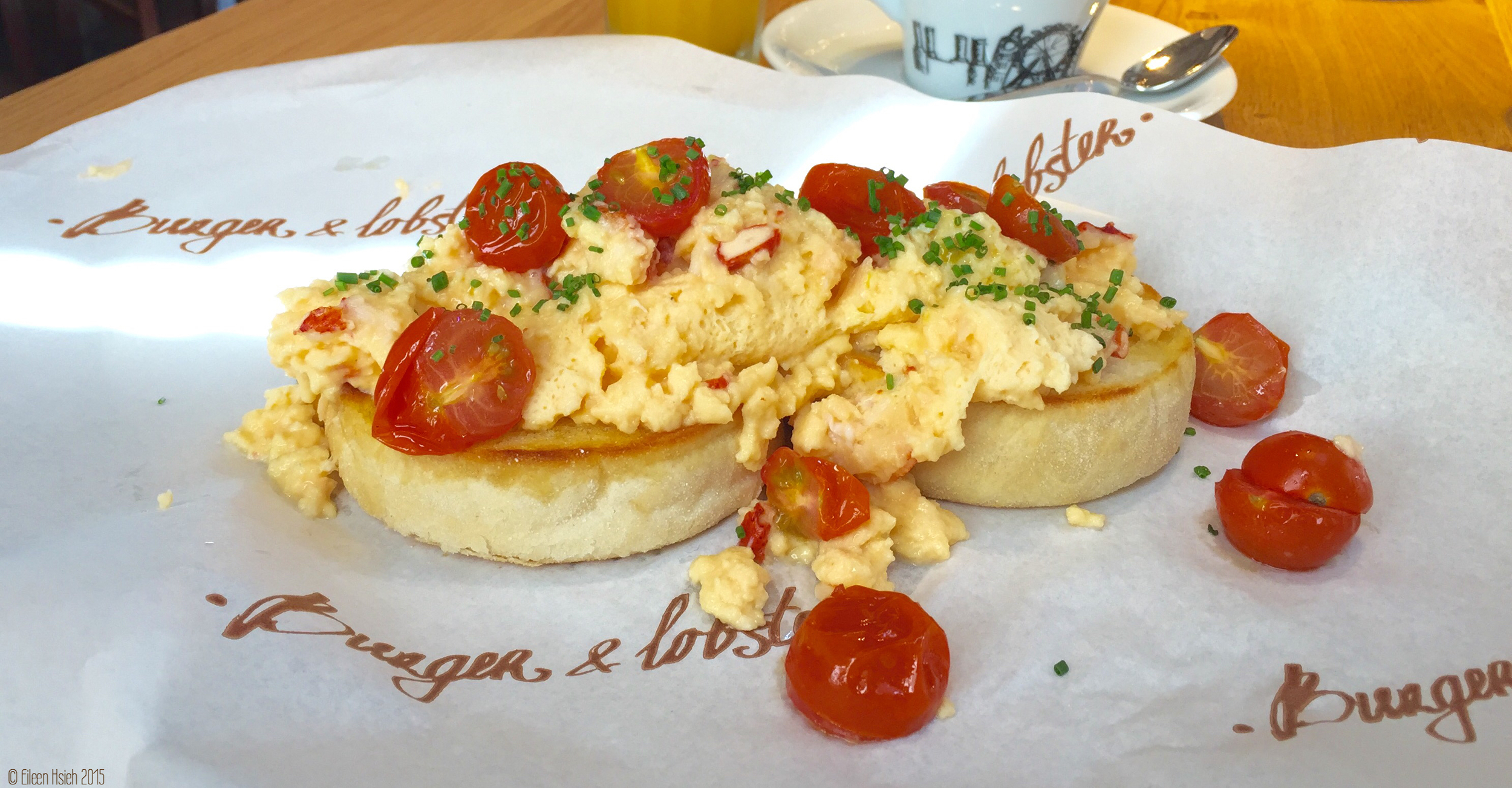 Scrambled eggs with lobster meat on English muffin, one of the three items on Burger & Lobster's new breakfast menu. 「漢堡 & 龍蝦」的新早餐:龍蝦炒蛋配英式鬆餅。 © Eileen Hsieh 2015