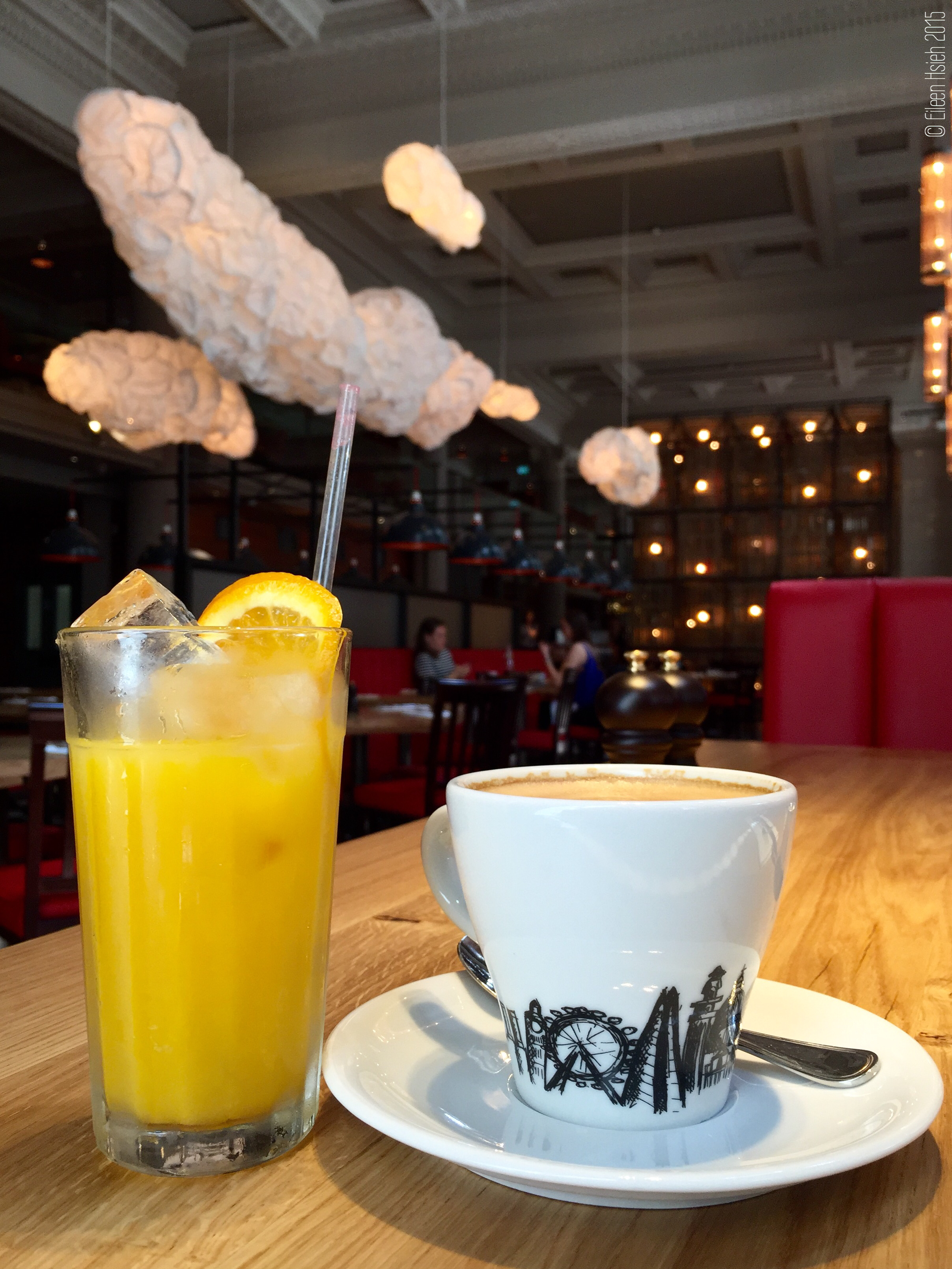 Coffee or tea and juice complete Burger & Lobster's breakfast set-menu. 「漢堡 & 龍蝦」的早餐 套餐配有熱飲(茶或咖啡)和果汁。  © Eileen Hsieh 2015