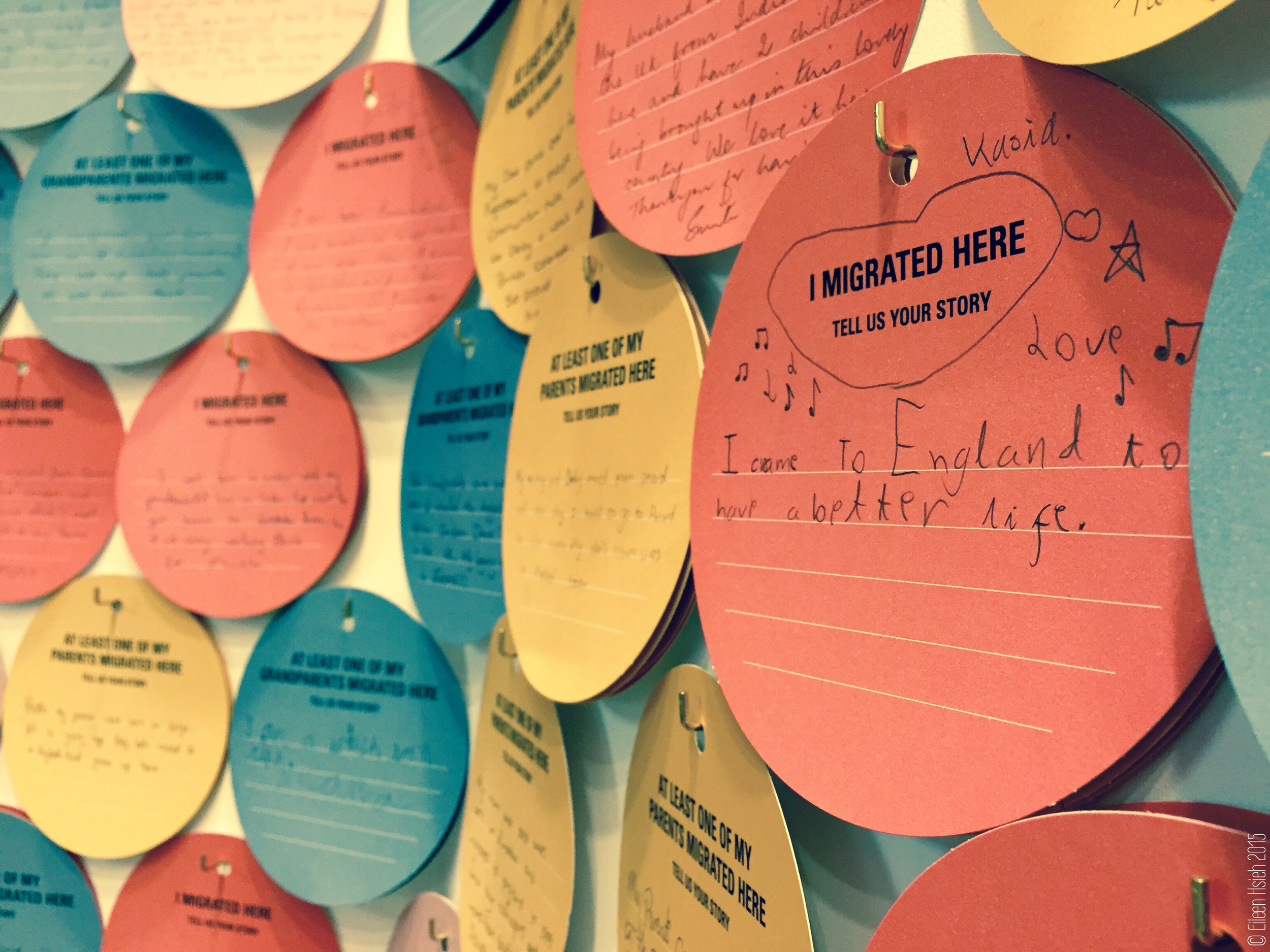 Tell Us Your Story -- A wall covered with tales of migrationat the Adopting Britainexhibition. 「接受不列顛」展覽的牆上掛滿了參觀者留下的移民故事。© Eileen Hsieh 2015