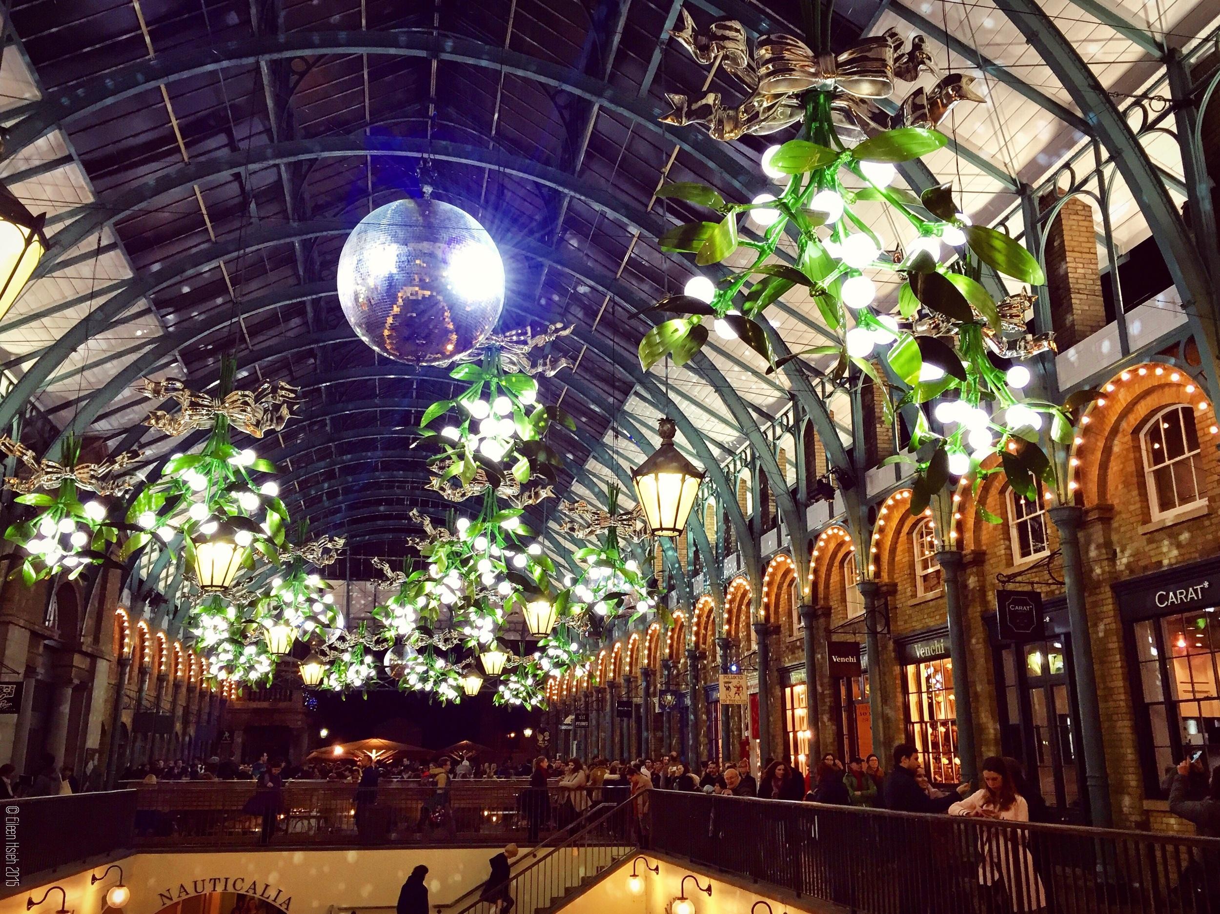 Covent Garden 今年聖誕走的是自然風,呈現青綠色的新彩燈,和它的蘋果市場相呼應。