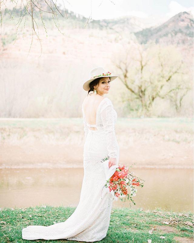 The look of spring . Photo @harounandsmith | HMAU @Bree kelly_hmua with @thechairdurango | Florals @linnaea_design | Styling @heirloomsdurango | Bridal @brisbridalboutique | pretend bride @elankenau | Venue @thesouthwestweddingbazaar at @riverbendranchdurango . #springbride #springwedding #Springelopement #elopement #mountainelopement #elope #organicdtyle #naturalstyle #filmphotography #elegant #pretty #bridalstyle #weddinghat #floralhat