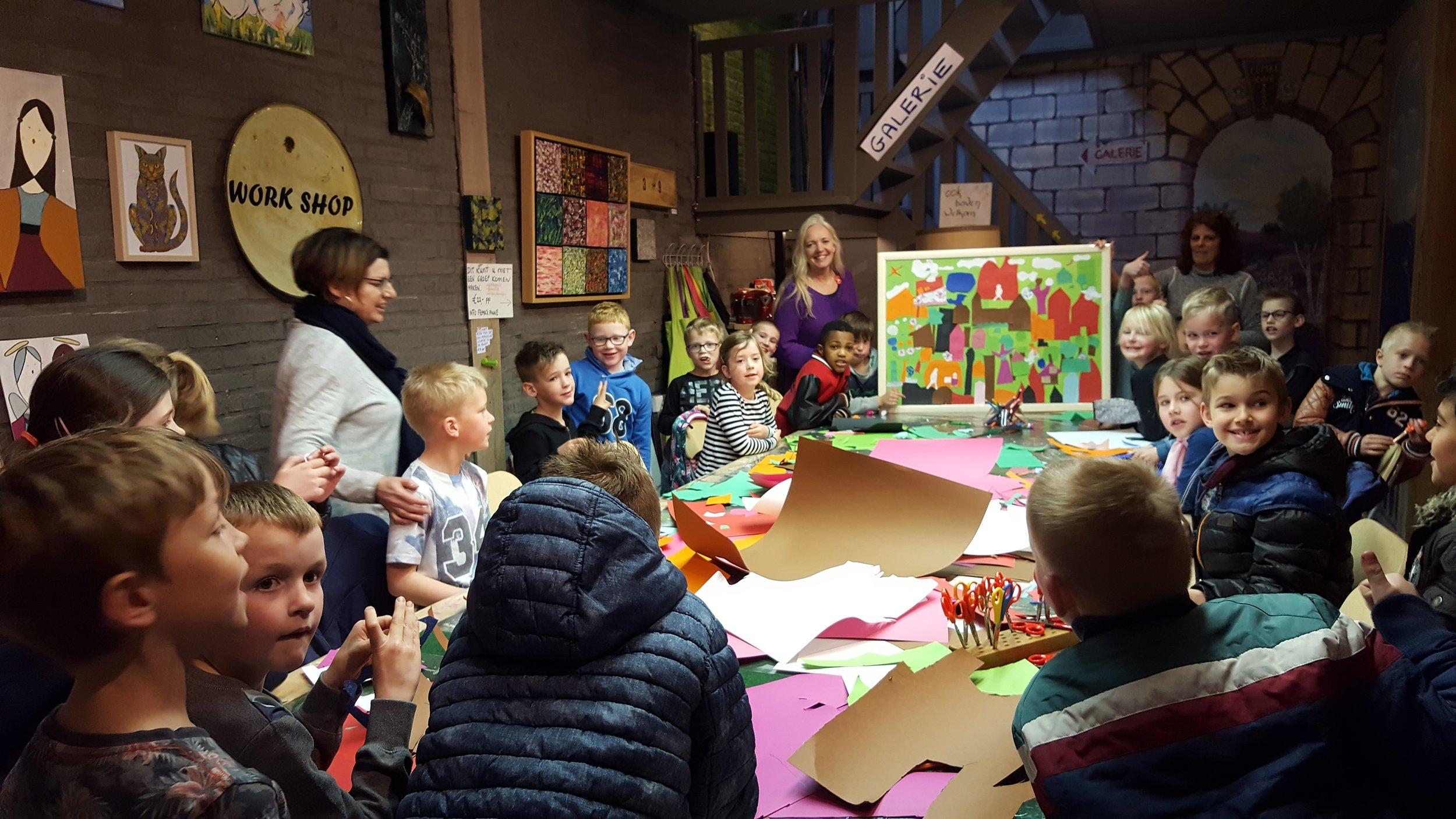 Femke Anne ontvangt met regelmaat groepen. Deze klas kwam ook op bezoek. De groep is in twee gesplitst. 1 groep kreeg les over kunst - de andere groep maakte gezamenlijk (met knippen en plakken) een schilderij. Uiteindelijk gingen er dus twee schilderijen mee naar school en hopelijk zijn ze geïnspireerd om zoveel mogelijk te doen met hun eigen creativiteit.