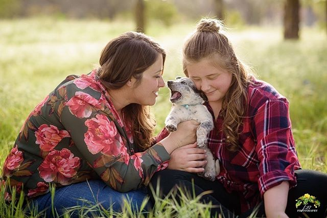 When your clients bring the worlds cutest puppy to their family photo session 😍