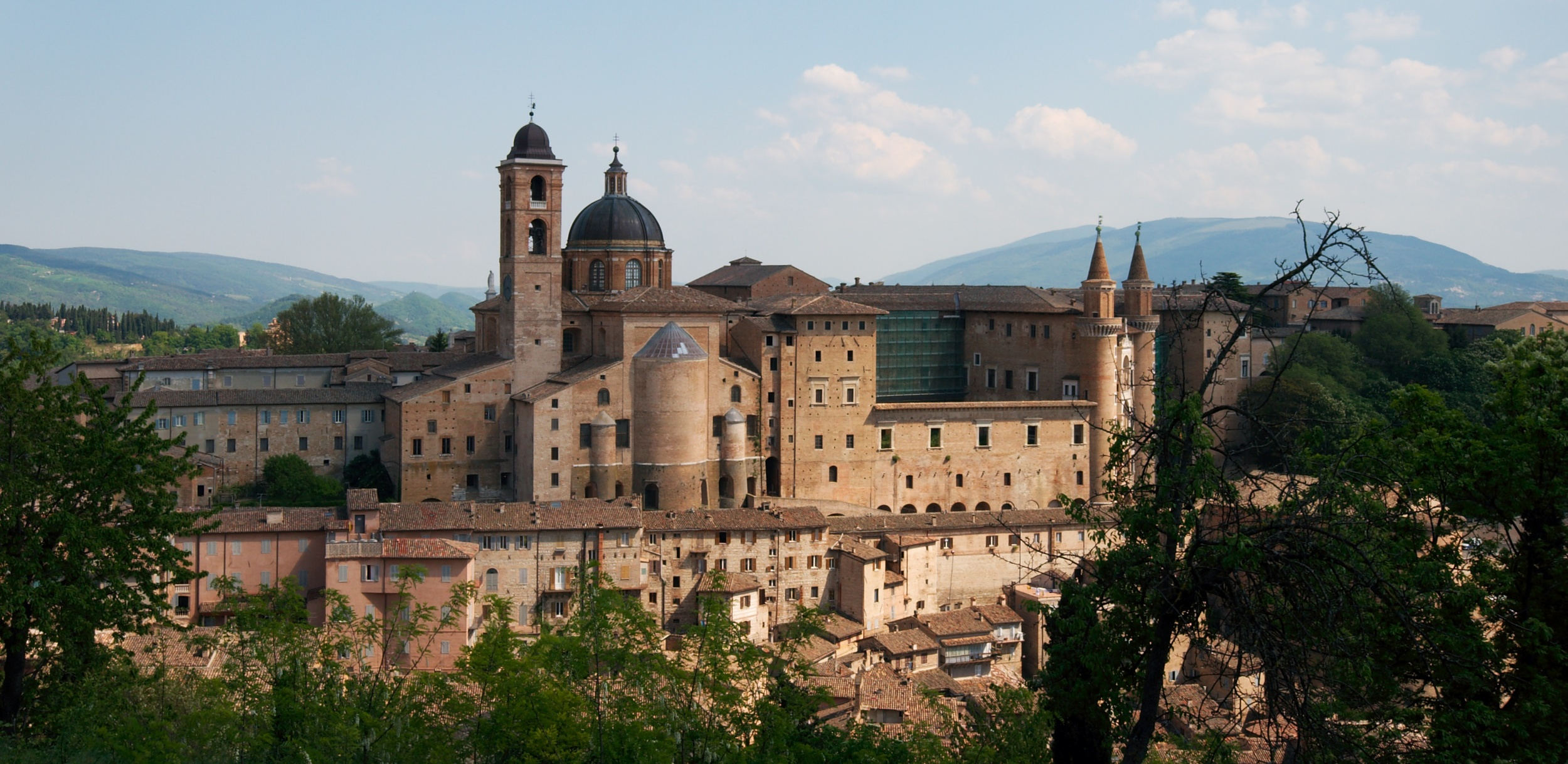 """Urbino-palazzo e borgo"" by Il conte di Luna - Flickr. Licensed under CC BY-SA 2.0 via Wikimedia Commons"
