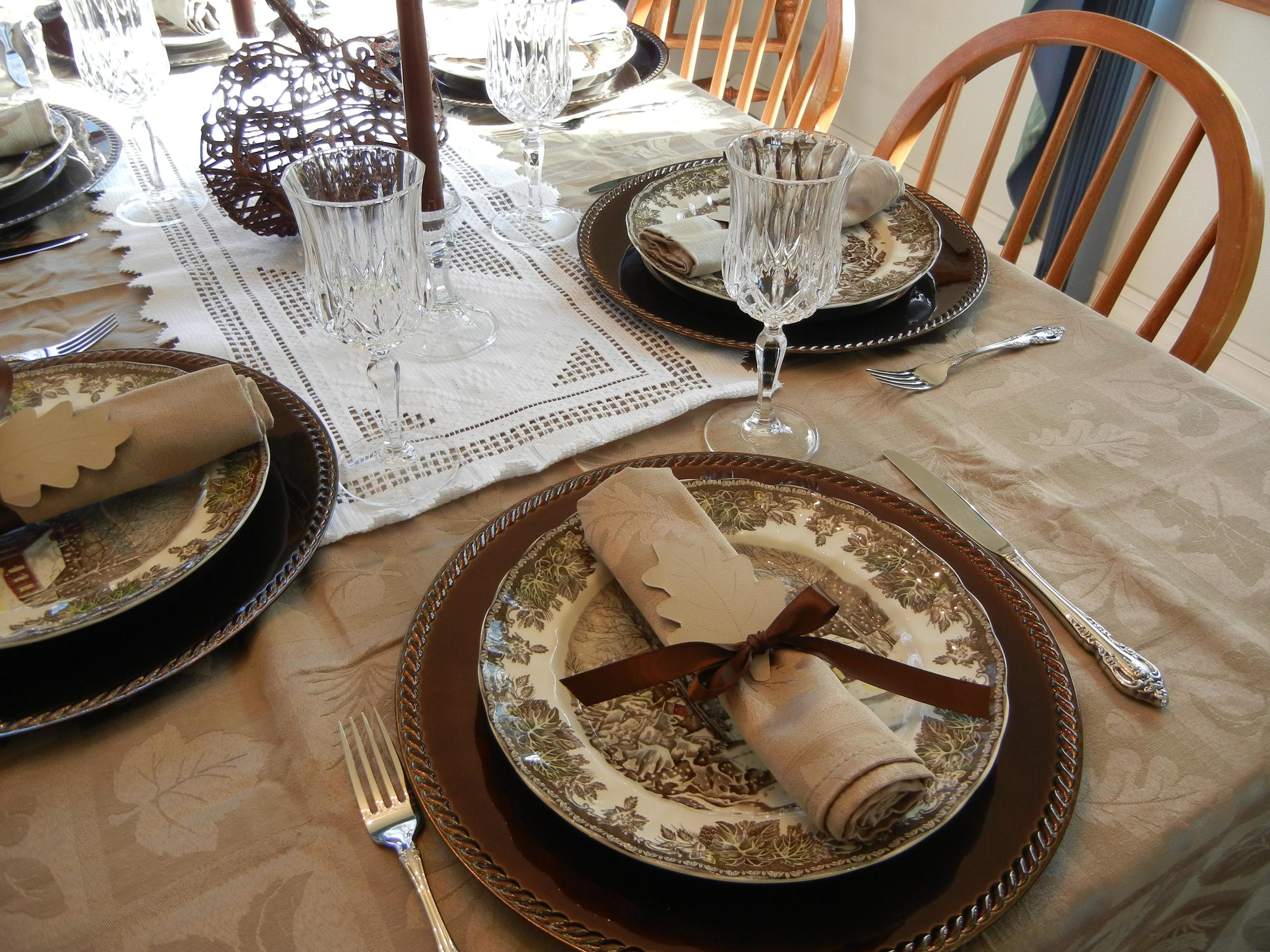 """Using """"real"""" cups, plates, and utensils instead of the single-use disposable counterparts is one way to get rid of the waste during your Thanksgiving meal."""