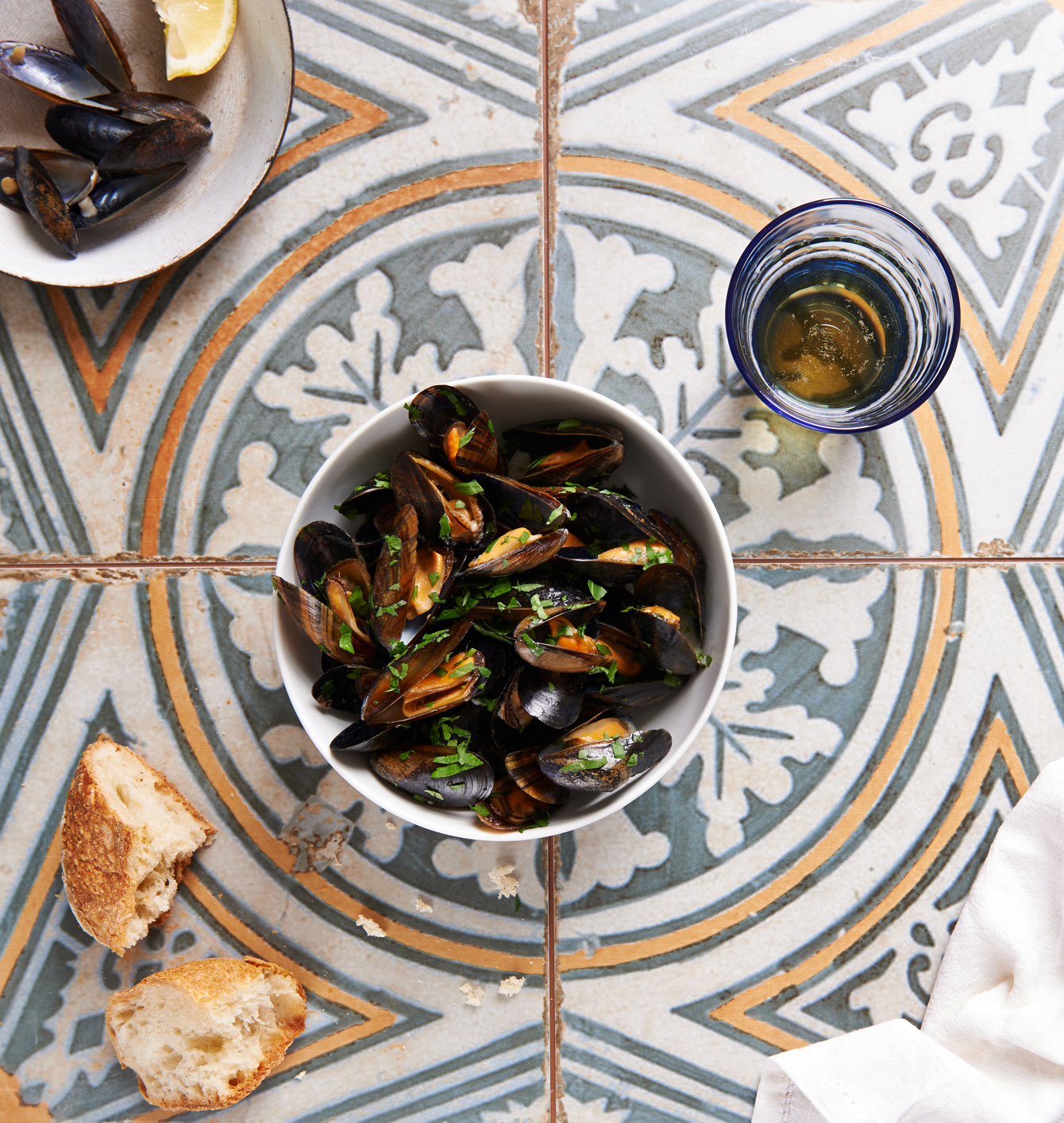 mussels served with beer and bread