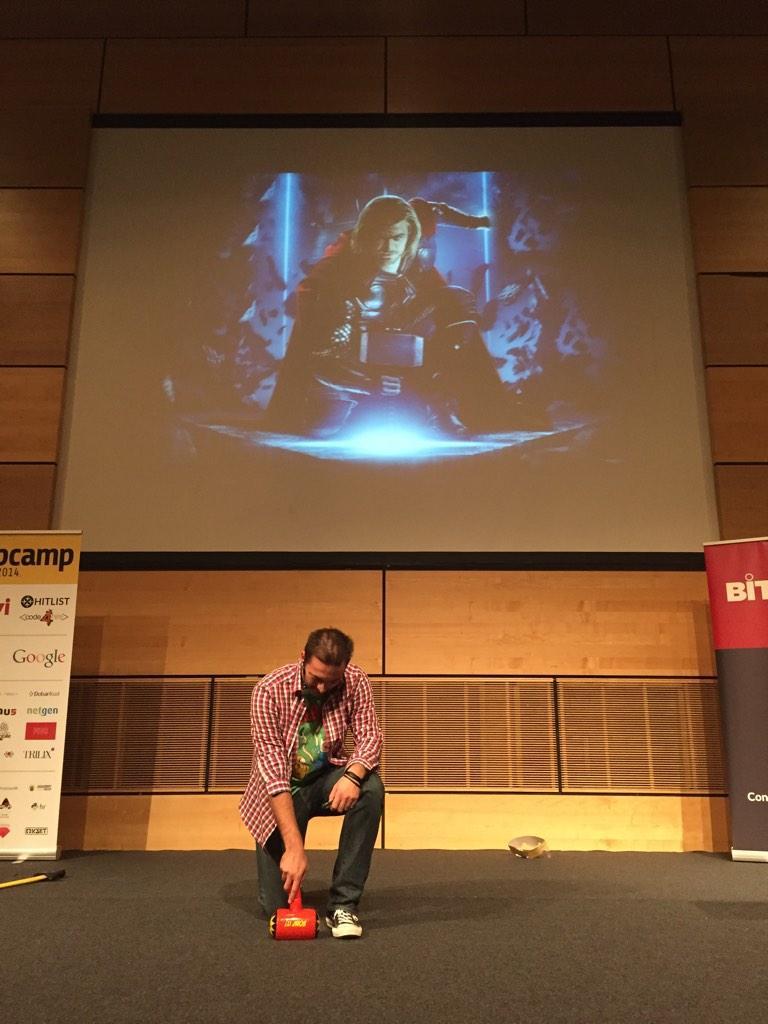 "Krešimir Antolić drži predavanje ""Building applications with a Hammer"" na prošlogodišnjem  WebCampu ispred zabezeknute publike."