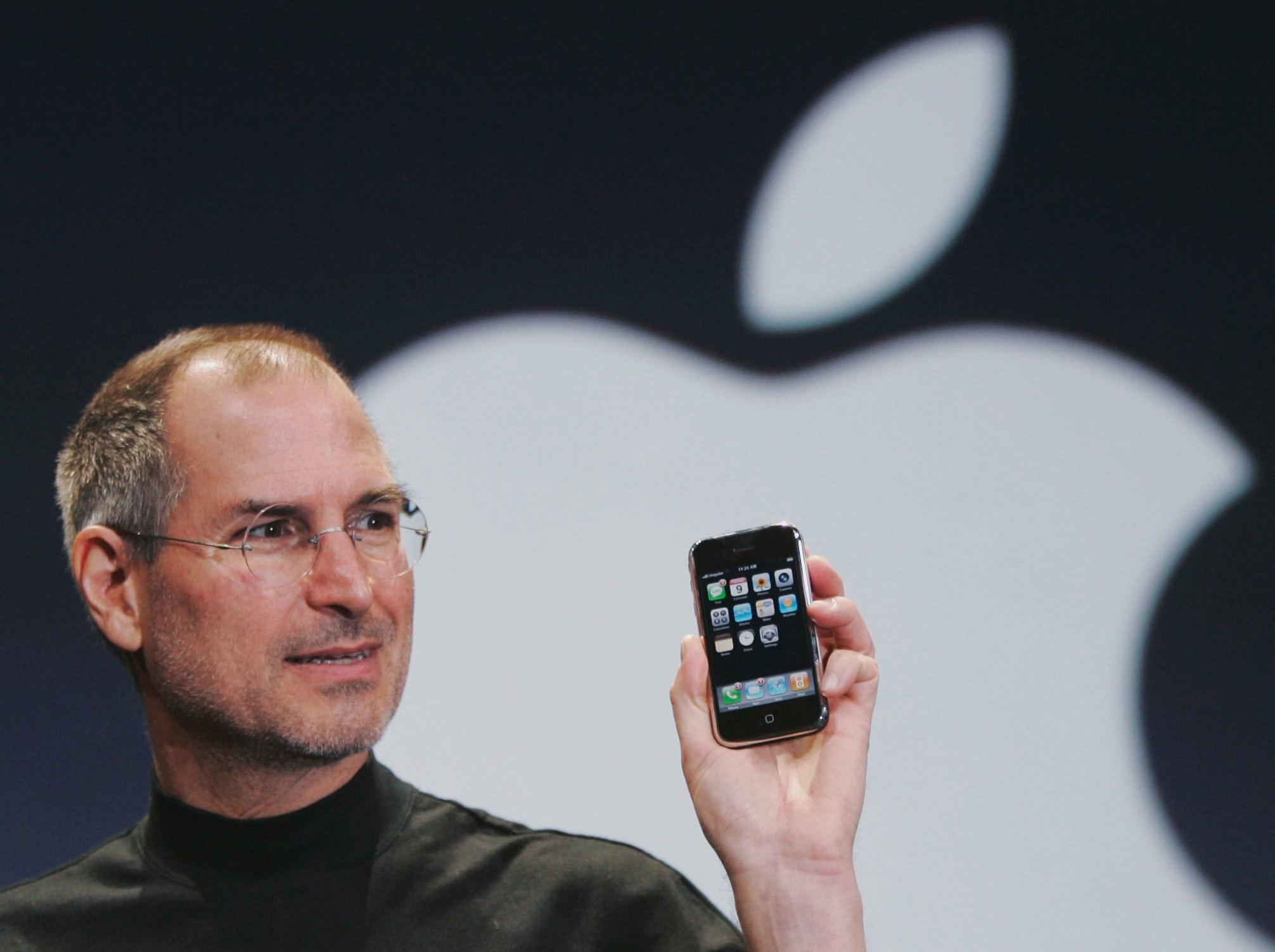 apple-steve-jobs-iphone-AP_070109066608.jpg