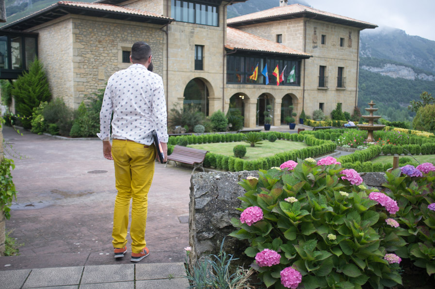 Uno de los oficiantes de la ceremonia, con pantalones amarillos (nos contó la razón por laque los llevaba,, pero es un secreto :)