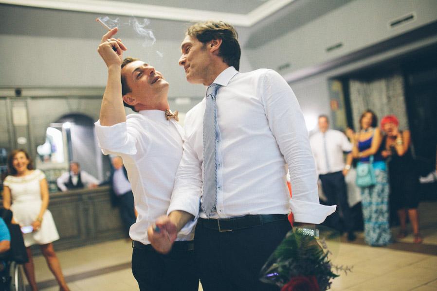 Fumar un cigarro a medias durante el baile podría convertirse en una tradición, y (entre fumadores), molaría.