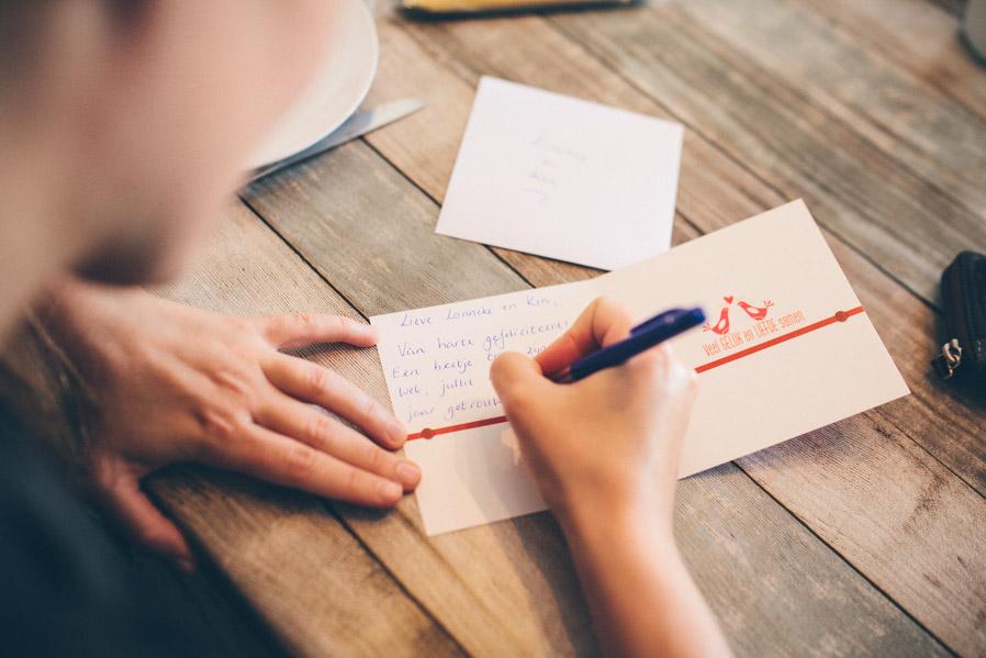 No es habitual que el dinero o los regalos a los novios se hagan a través de una cuenta corriente o una lista de bodas: Se prepara una tarjeta, y se adjunta al paquete con el regalo o al sobre con el dinero. Así es más personal.