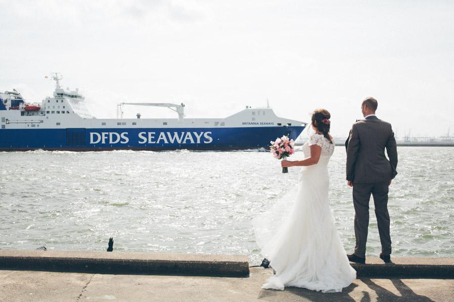 Junto a la playa, comienza el puerto de Rotterdam: El más grande de Europa. Es habitual ver pasar enormes cargueros como este, que según nos contaron, transporta cítricos para hacer zumo (Los que viven por allí están muy puestos en barcos).
