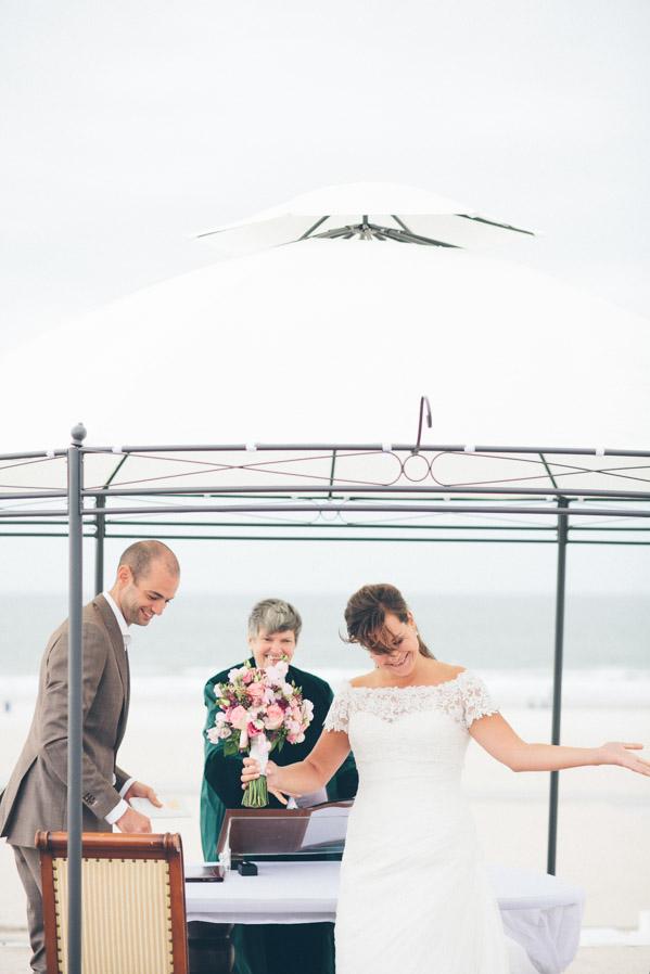 En apenas cinco minutos la ceremonia había terminado, y los novios eran ya una pareja de recién casados.