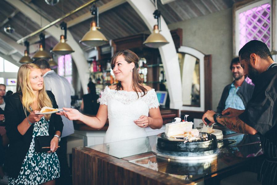 Unapor una, Lonneke iba entregando las porciones de la tarta nupcial a los invitados.