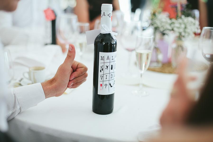 """Uno de los regalos de los novios a los invitados: Botellas de """"Mala Vida"""" (uno de nuestros vinos favoritos)"""