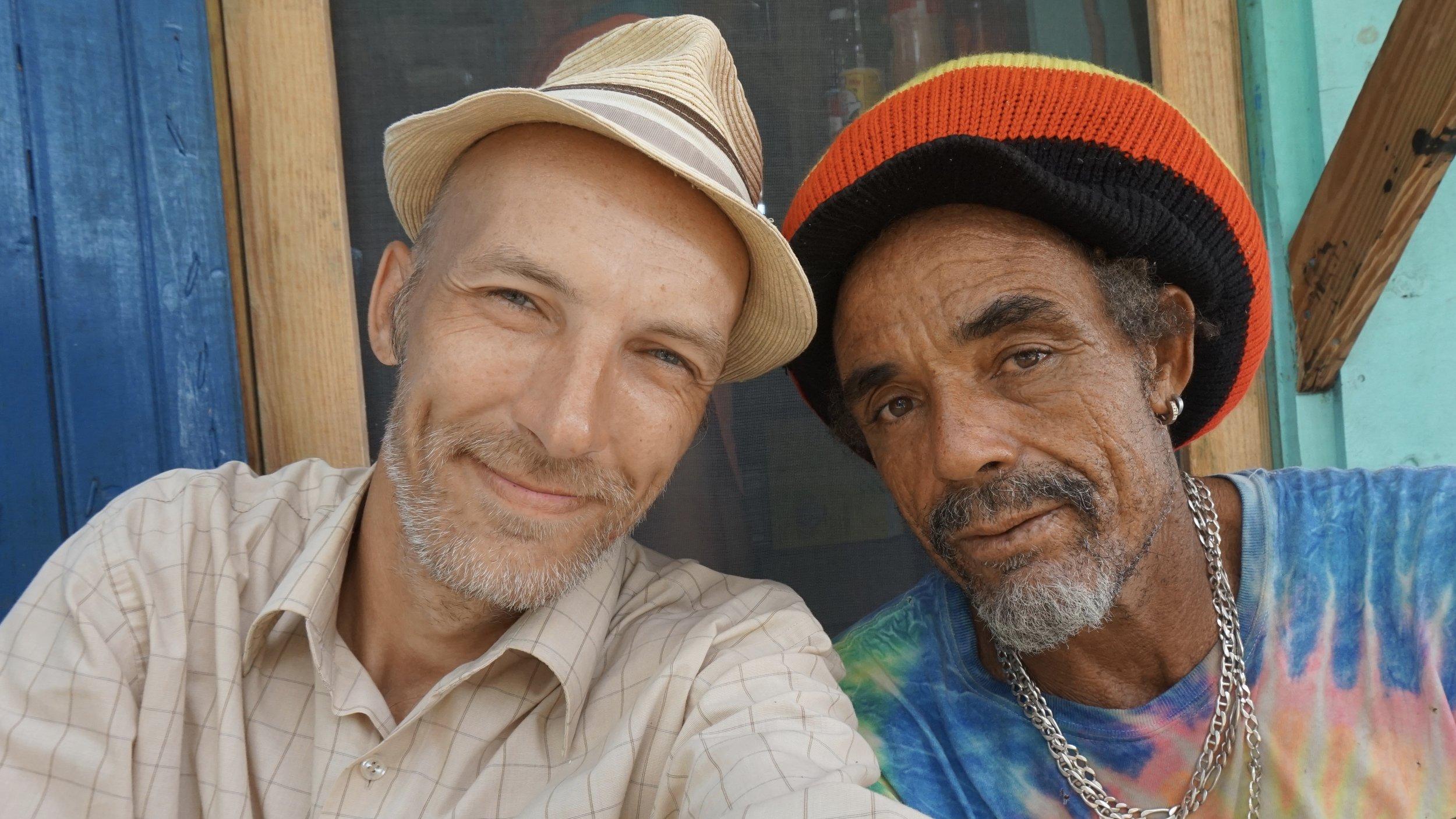 Reisijuht Tarrvi koos hea sõbra Eggie'ga tema rannarestoranis. Foto: Tarrvi Laamann