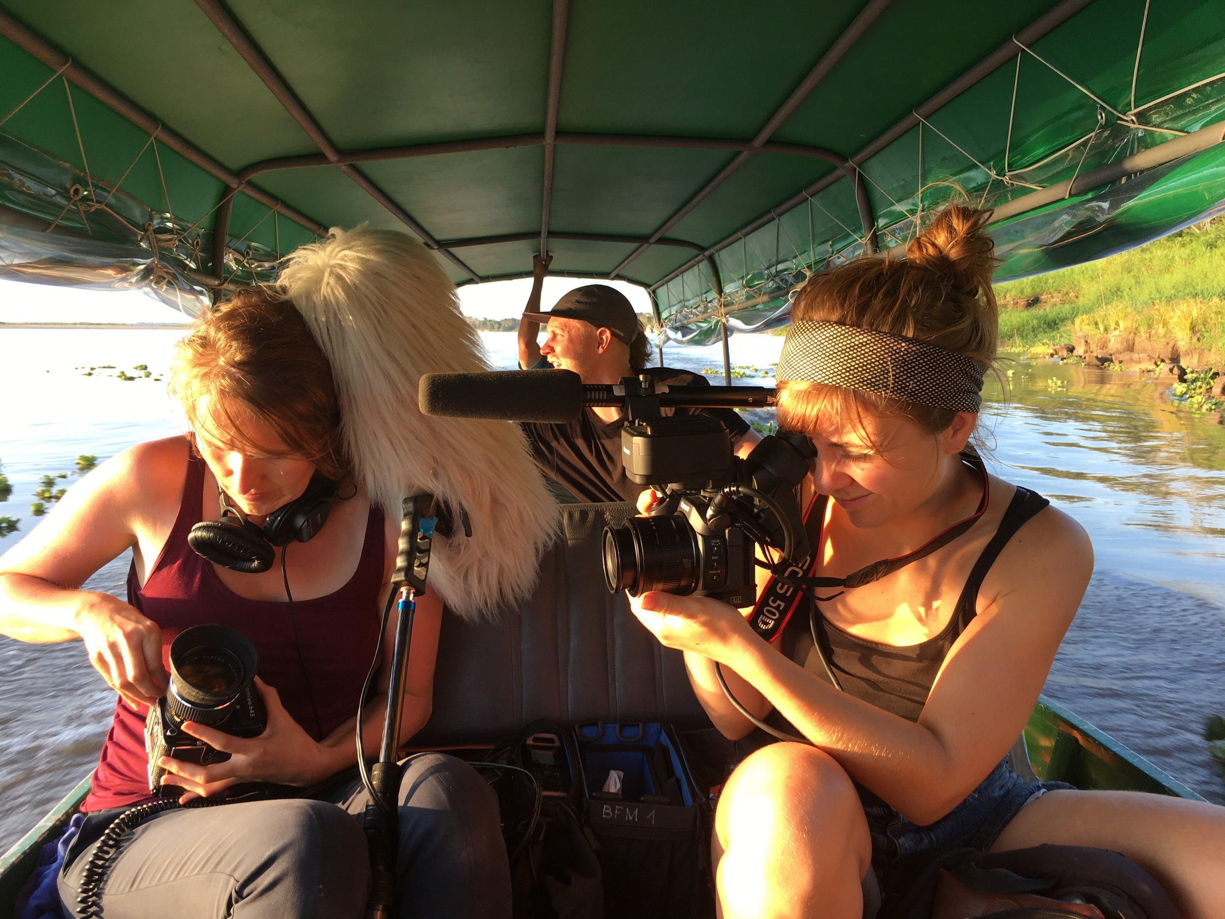 """Heli püüab """"purki"""" Liisa Taul ja visuaali Piibe Kolka.  Foto: Kaidi Reinu /Amazonas Reisid"""