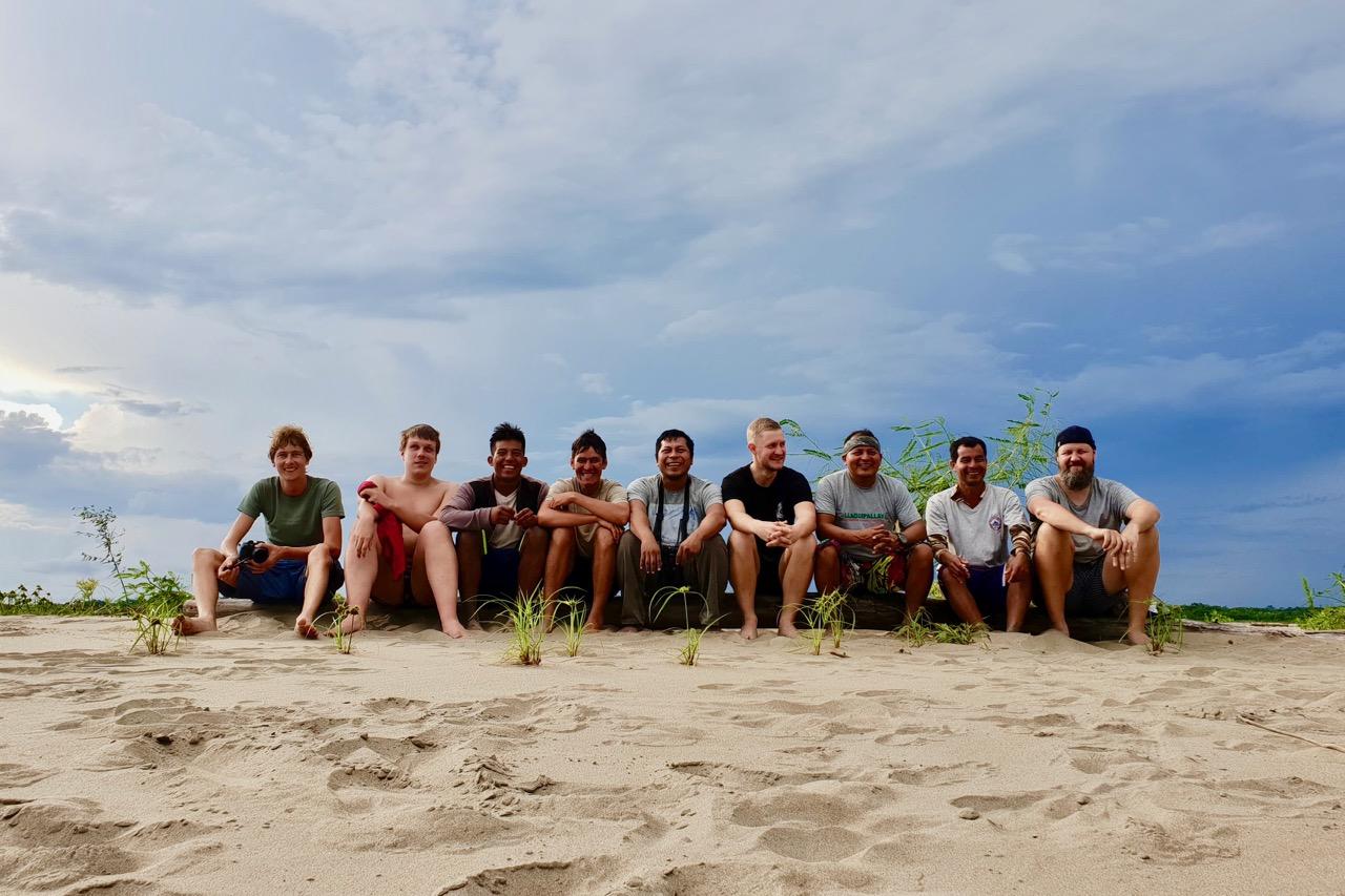 """Kõik meie """"paadi"""" poisid rannal reas Foto: Johan Kullerkup / Amazonas Reisid"""