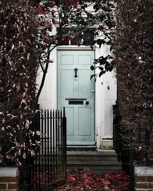 🇬🇧 Londoni salauksed ootavad! 🇬🇧 . Täna on ideaalne päev panna ennast kirja Kaupo Kikkase nädalavahetuse-reisile Londonisse (30.05–02.06) – äkki jõuad enne Brexitit ära käia 😉 . 🇬🇧 The secret doors of London await our travellers – join our trip to London at the end of May. 🇬🇧 . . 📸: Kaupo Kikkas (@kaupokikkas) . . . . #facadelovers #traveladdiction #secretlondon #sensorialtravel #discovering #agameoftones #streetleaks #doorsofinstagram