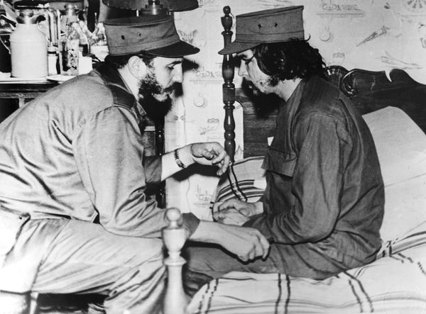 Fidel giving Che orders to take Santa Clara..... Perfecto Romero
