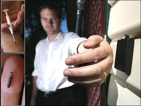 """El empresario de Internet y activista del software libre Jonathan Oxer, se implantó a sí mismo un microchip en el año 2004, después de obtener el mismo kit que usan los veterinarios con las mascotas. Su cuenta de Twitter lo describe como un """"cyborg en construcción"""".    Oxer lo utiliza para hacer funcionar las cerraduras de la casa y su ordenador y dice que después de una década llevándolo dentro de su cuerpo, el implante no le ha causado ningún efecto negativo. """"Ahora es como cualquier otra parte de mí. Ni siquiera pienso en ello"""" , dice."""